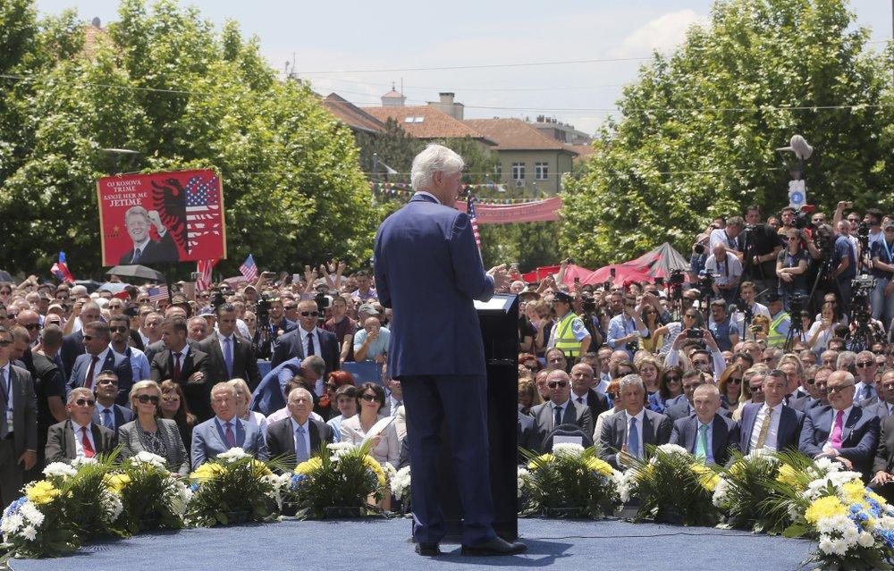 Bil Klinton drži govor u Prištini (Foto: AP Photo/Visar Kryeziu)
