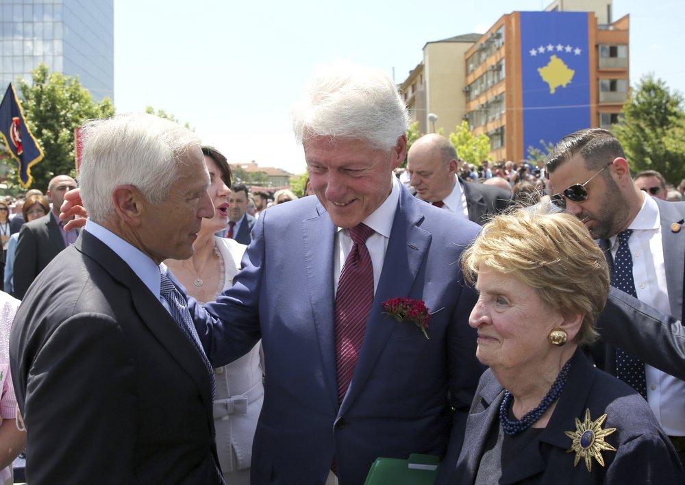 Vesli Klark, Bil Klinton i Medlin Olbrajt u Prištini (Foto: AP Photo/Visar Kryeziu)
