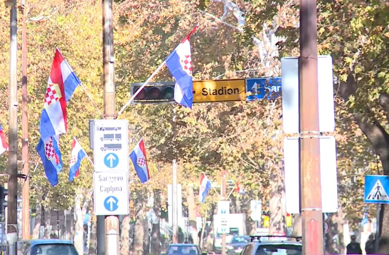 Zastave tzv. Herceg-Bosne u Mostaru (Foto: Snimak ekrana/Jutjub)