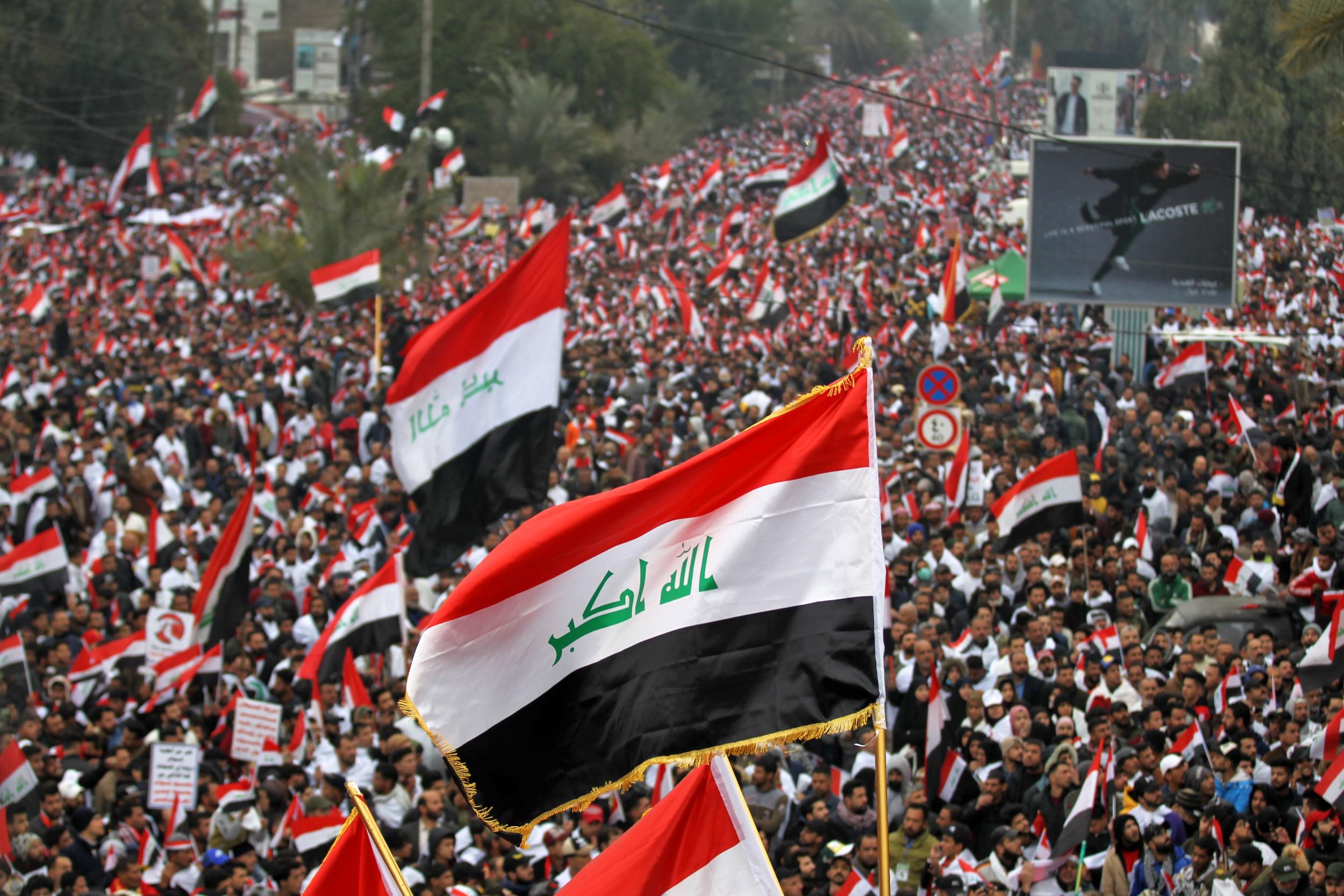 "Pristalice iračkog propovednika Moktade el Sadra mašu iračkim zastava tokom protestnog skupa pod nazivom ""marš miliona"", Bagdad, 24. januar 2020. (Foto: Ahmad Al-Rubaye/ AFP/ Getty)"