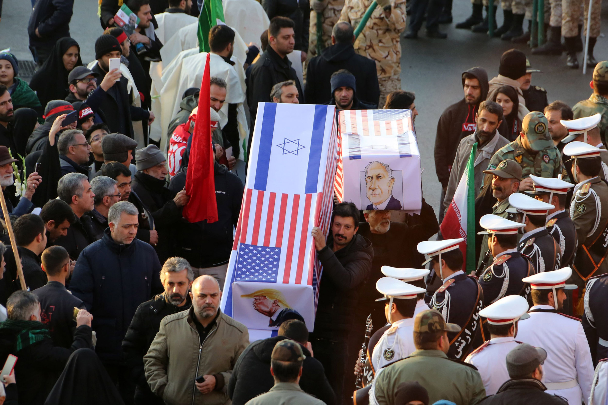 Иранци носе ковчег прекривен заставама Израела и САД-а и прелепљен сликама Доналда Трампа и Бенјамина Нетанјахуаа, Техеран, 06. јануар 2019. (Фото: TTA KENARE/AFP via Getty Images)