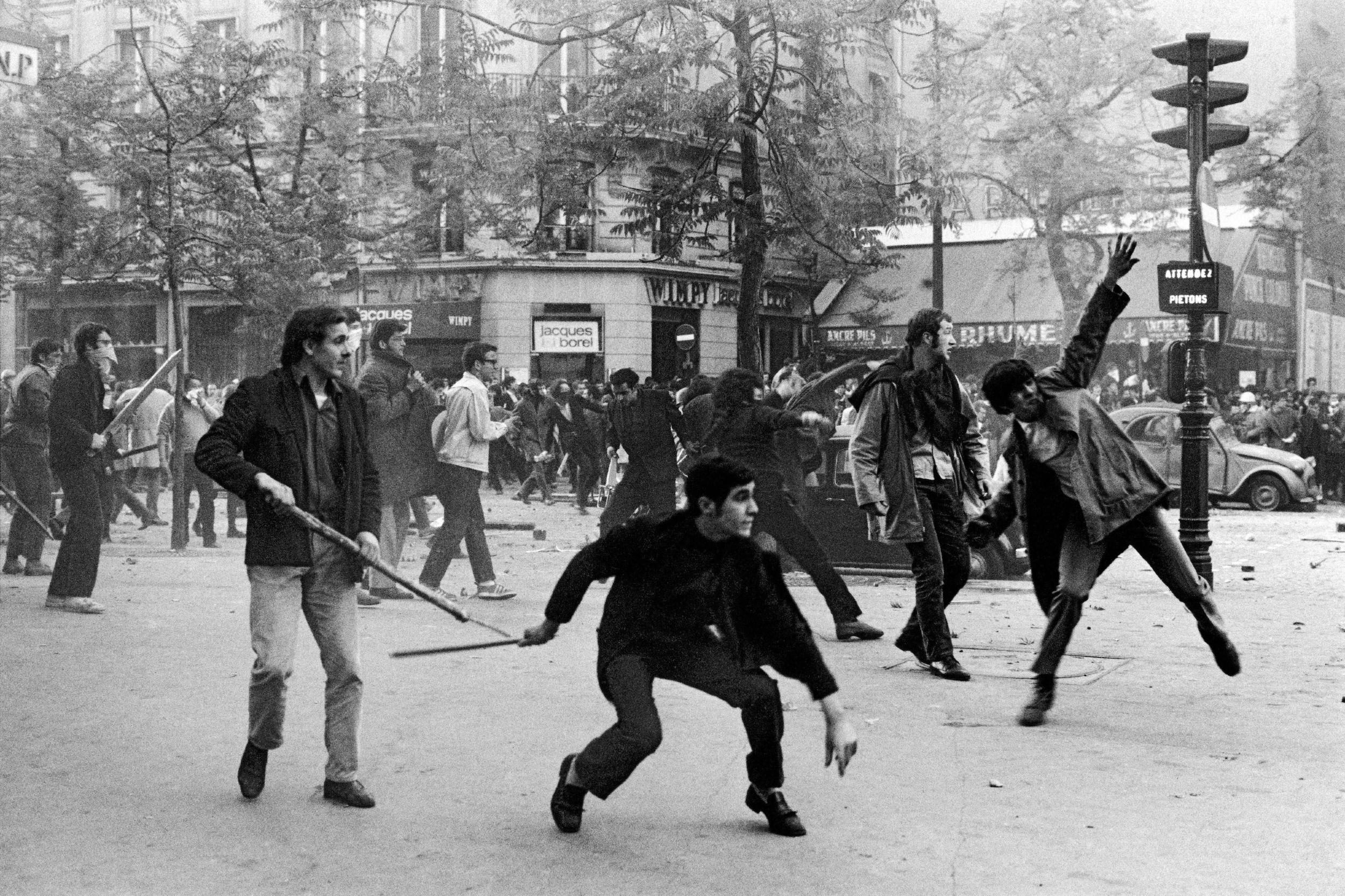 Студенти са моткама бацају каменице на полицију, Париз, 06. мај 1968. (Фото: Bruno Barbey/Magnum Photos)