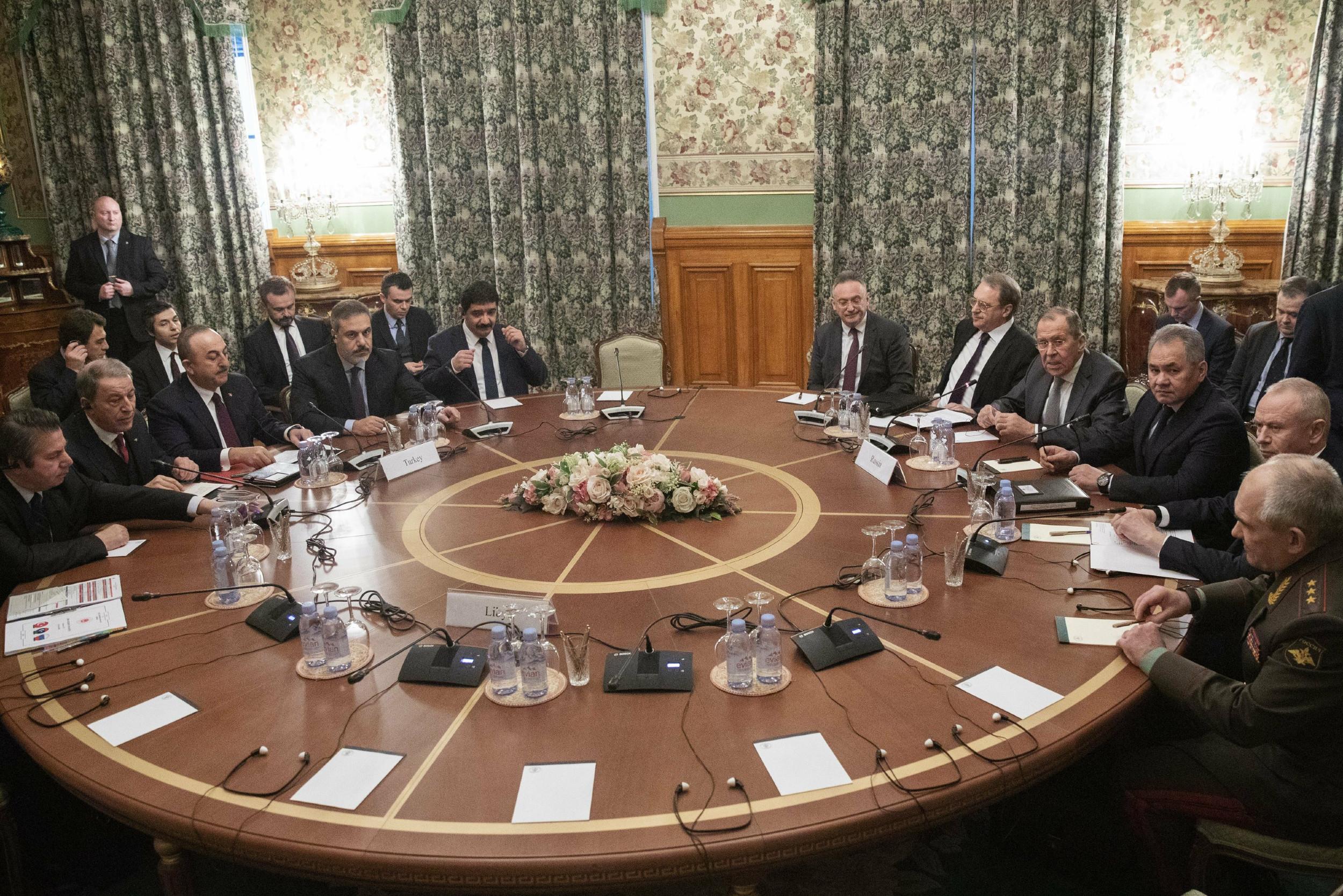 Министри спољних послова и одбране Турске и Русије на састанку у оквиру којег су Москва и Анкара покушале да посредују у разговору између ривалских страна у Либији, Москва, 13. јануар 2020. (Фото: AP Photo/Pavel Golovkin, Pool)