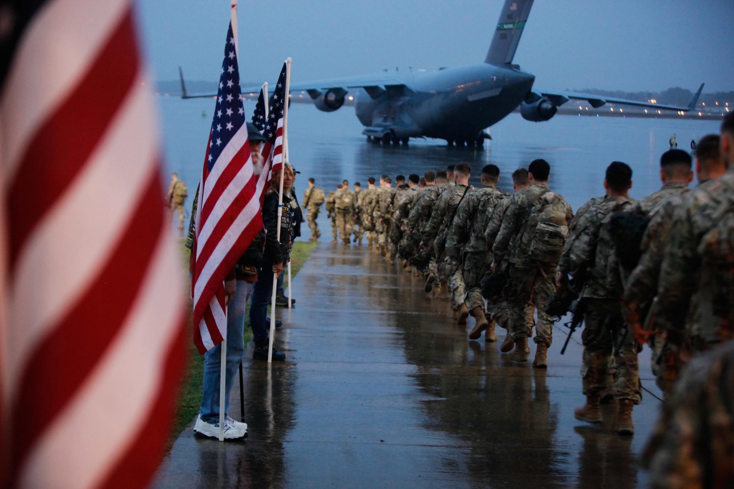 Припадници америчке 82. ваздушно-десантне дивизије припремају опрему и укрцавају се на авион у Форт Брагу, Северна Каролина, 04. јануар 2020. (Фото: Spc. Hubert Delany III/U.S. Army via AP)