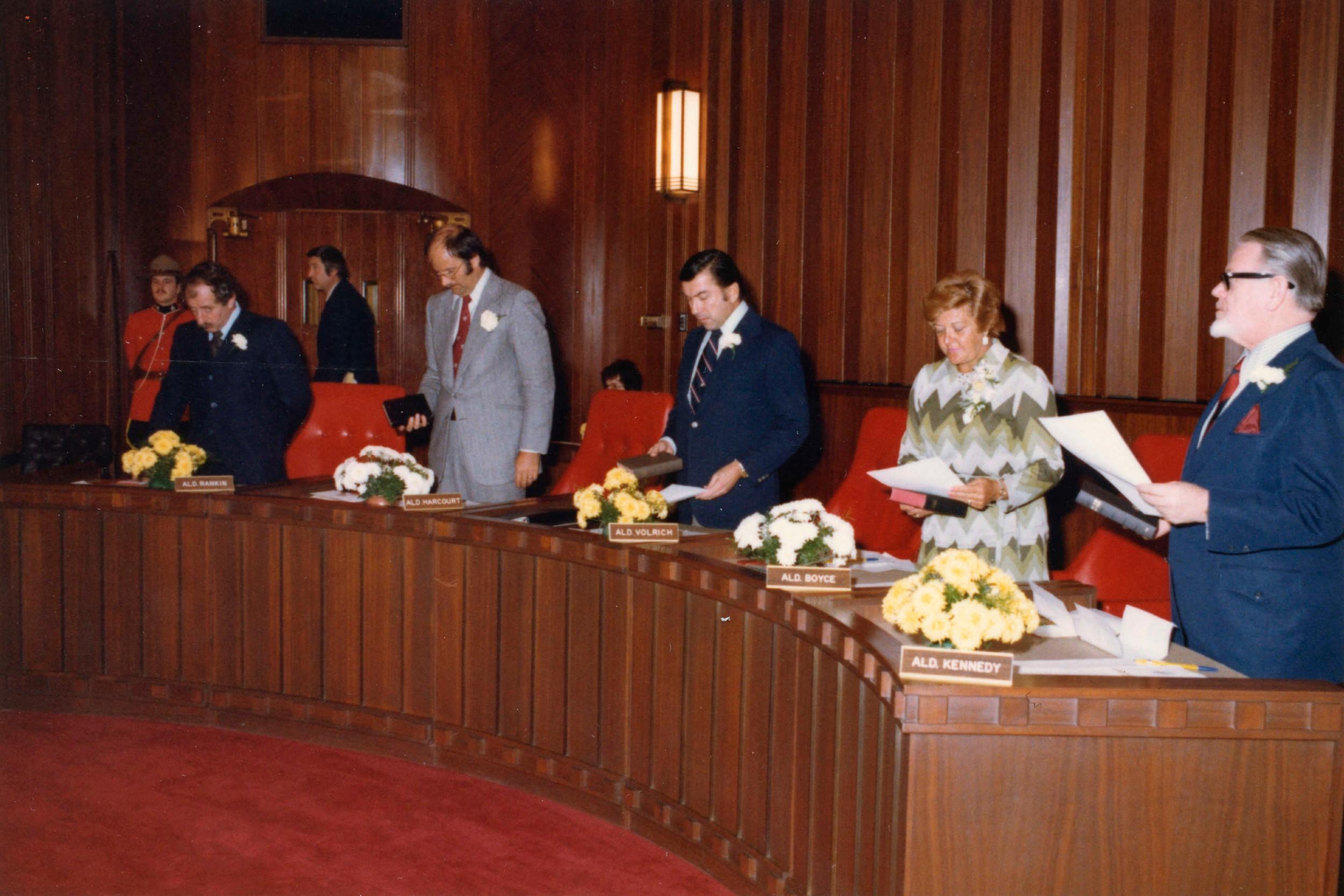 Алдермани у ванкуверском градском савету: Хари Ранкин, Мајкл Харкорт, Џек Ворлич (у средини), Хелен Бојсе и Ворнет Кенеди на инаугурацији градоначелника Арта Филипса, 08. јануар 1975. (Фото: Vancouver (B.C.). Office of the City Clerk)