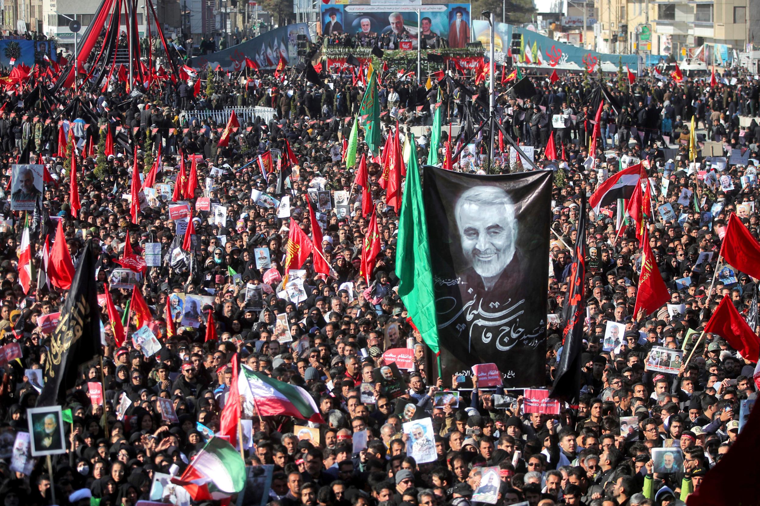 Ožalošćeni nose iranske zastave i slike ubijenog Solejmanija tokom sahrane u Kermanu, 07. januar 2020. (Foto: Erfan Kouchari/Tasnim News Agency via AP)