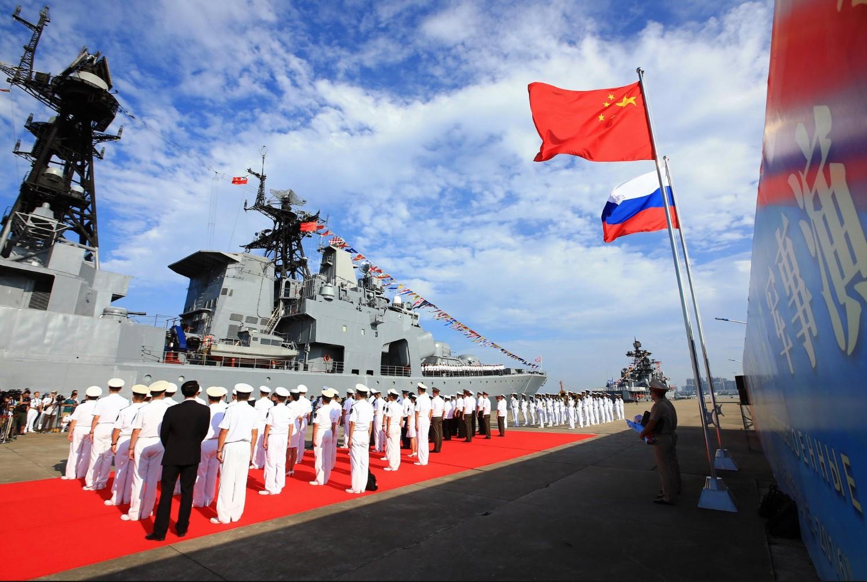Морнарица Народноослободилачке војске Кине на церемонији дочека руског морнаричког брода у луци у Џанђангу, 12. септембар 2016. (Фото: Xinhua/Twitter)