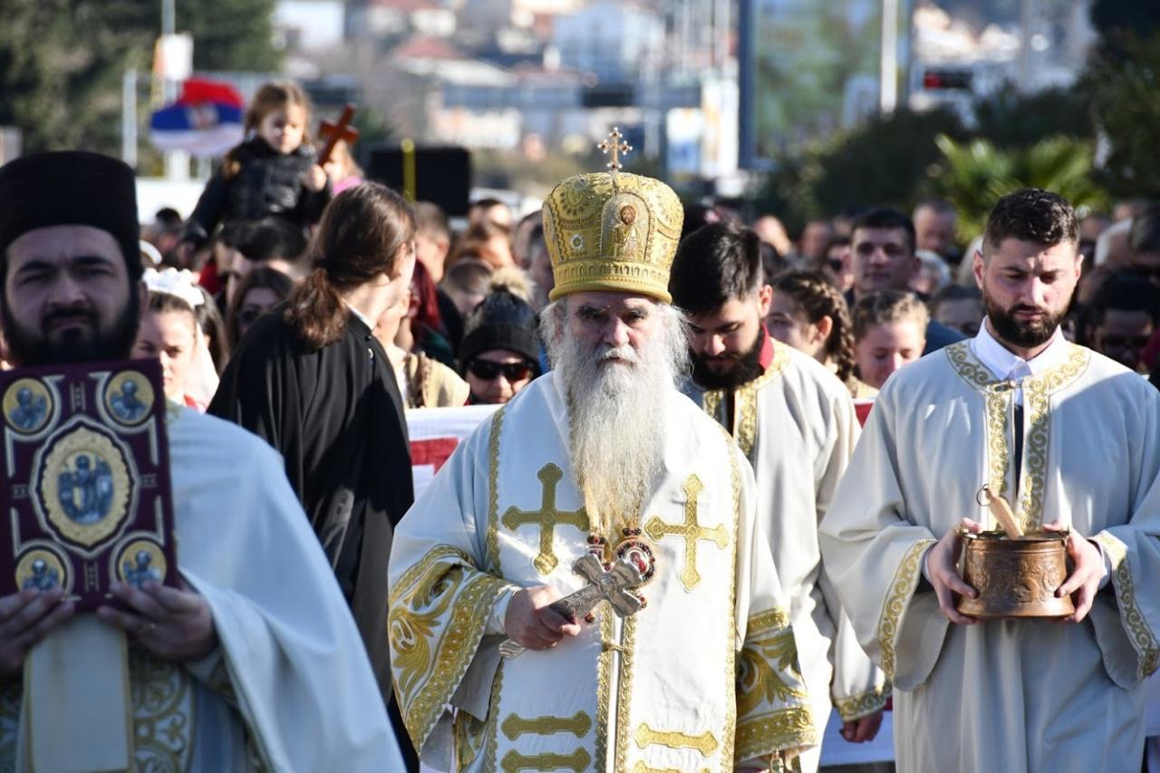 Mitropolit Amfilohije sa sveštenstvom predvodi narodnu litiju, Bar, 12. januar 2020. (Foto: mitropolija.com)
