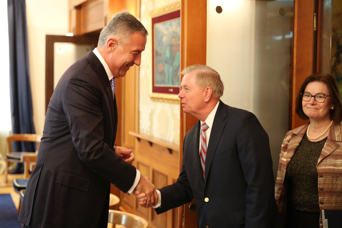 Црногорски председник Мило Ђукановић и амерички сенатор Линдзи Грејем се рукују током састанка у Подгорици, 04. септембар 2019. (Фото: Твитер)