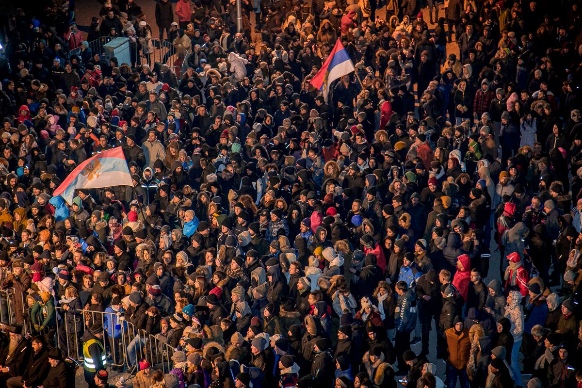 Verni narod okupljen ispred Hrama Hristovog Vaskrsenja u Podgorici tokom Badnje večeri, 06. januar 2020. (Foto: Boris Musić/mitropolija.com)