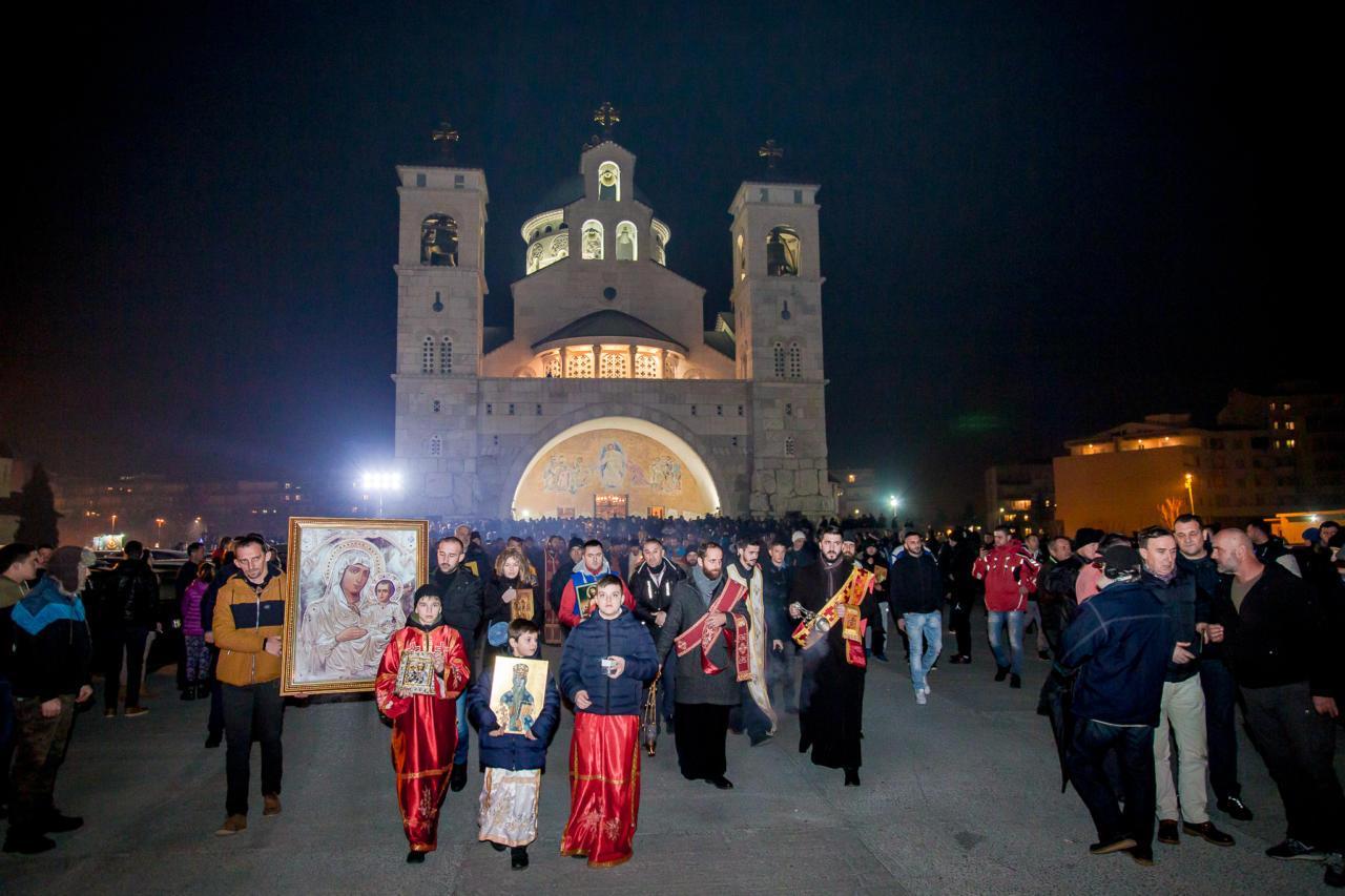 Vernici sa ikonama u protestnoj šetnji ispred Hrama Hristovog vaskrsenja u Podgorici, 31. decembar 2019. (Foto: mitropolija.com)
