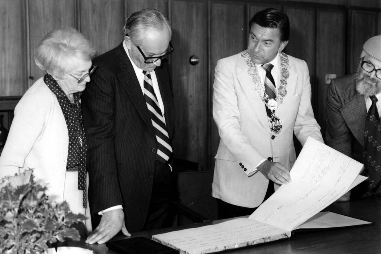 Градоначелник Ванкувера Џек Ворлич показује књигу својим гостима (Фото: jewishmuseum.ca)