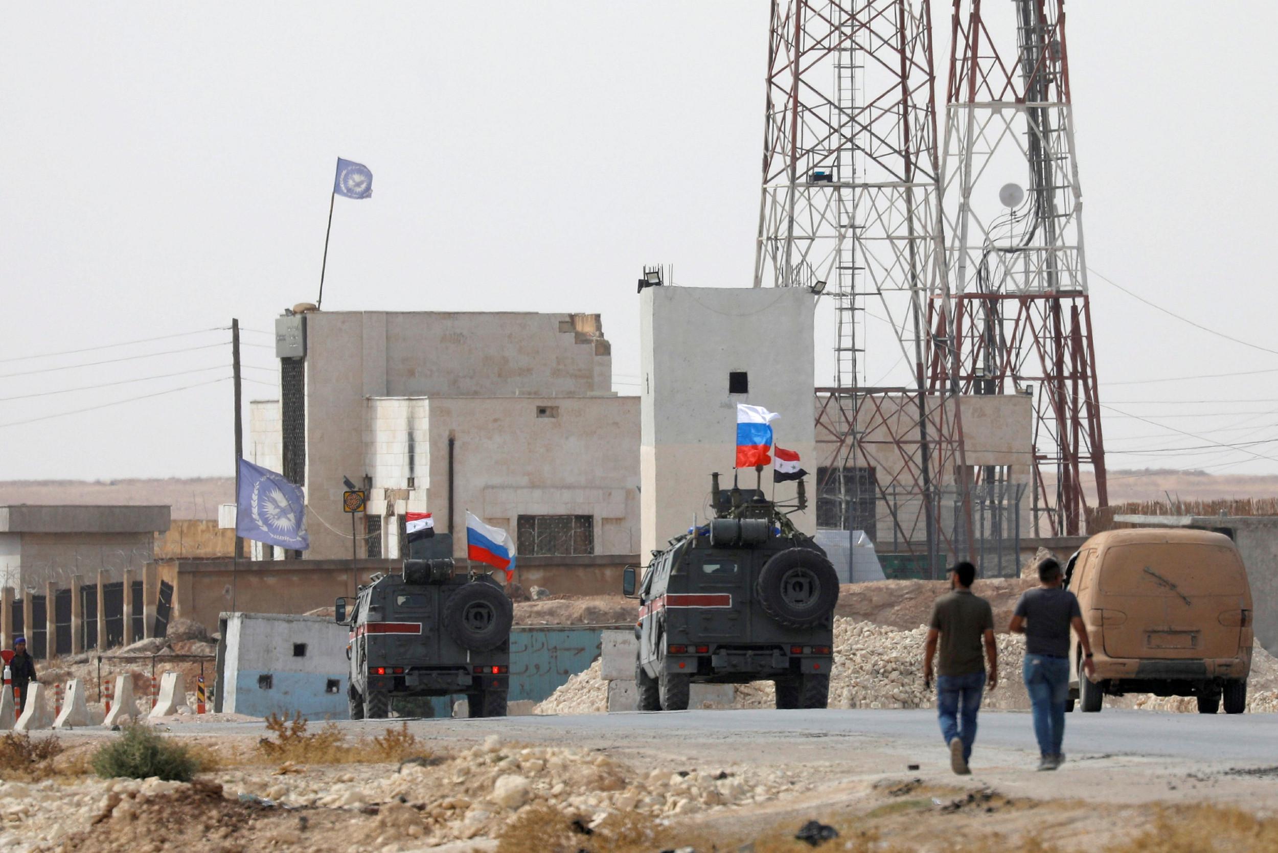 Војна возила са заставама Русије и Сирије патролирају у близини Манбија, 15. октобар 2019. (Фото: Omar Sanadiki/Reuters)