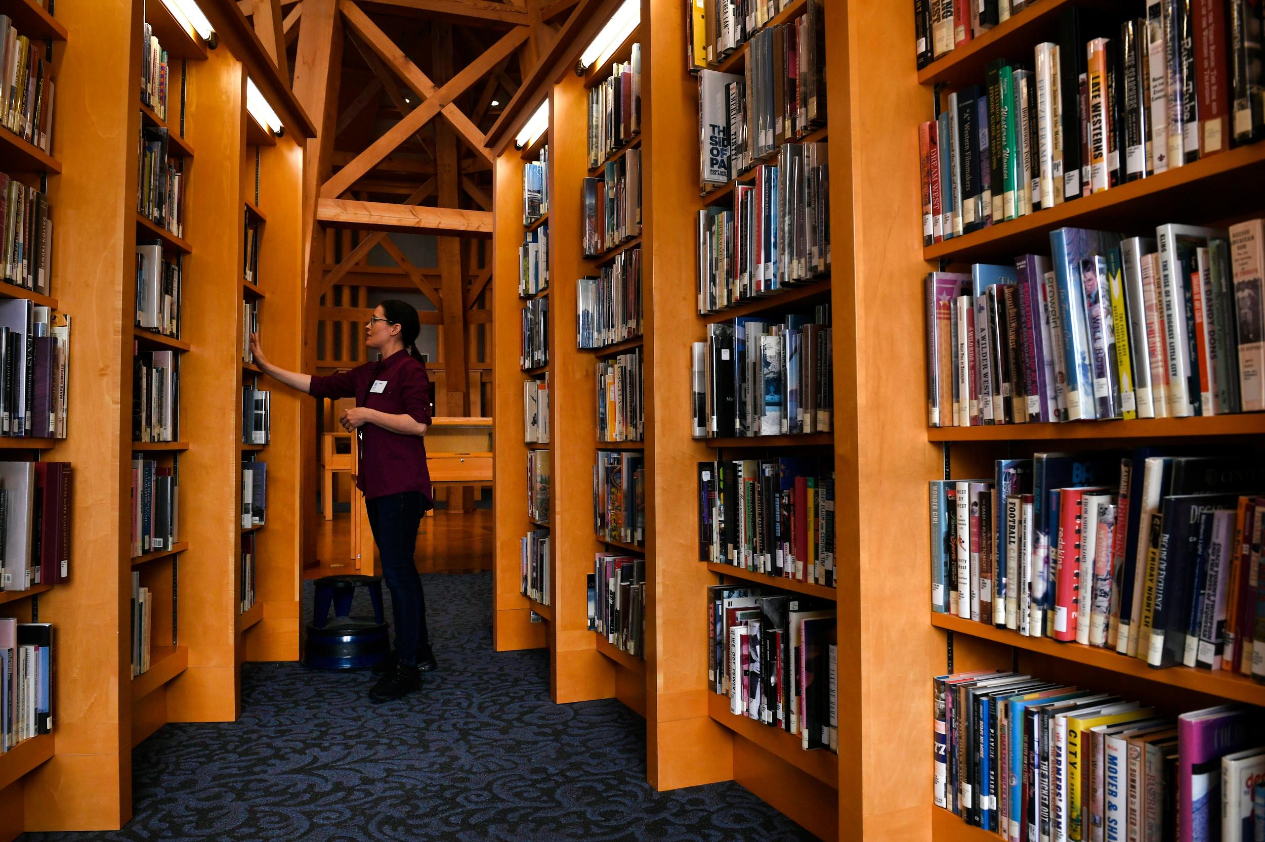 Библиотекарка у Народној библиотеци у Денверу прераспоређује књиге на полицама (Фото: Helen H. Richardson/The Denver Post)