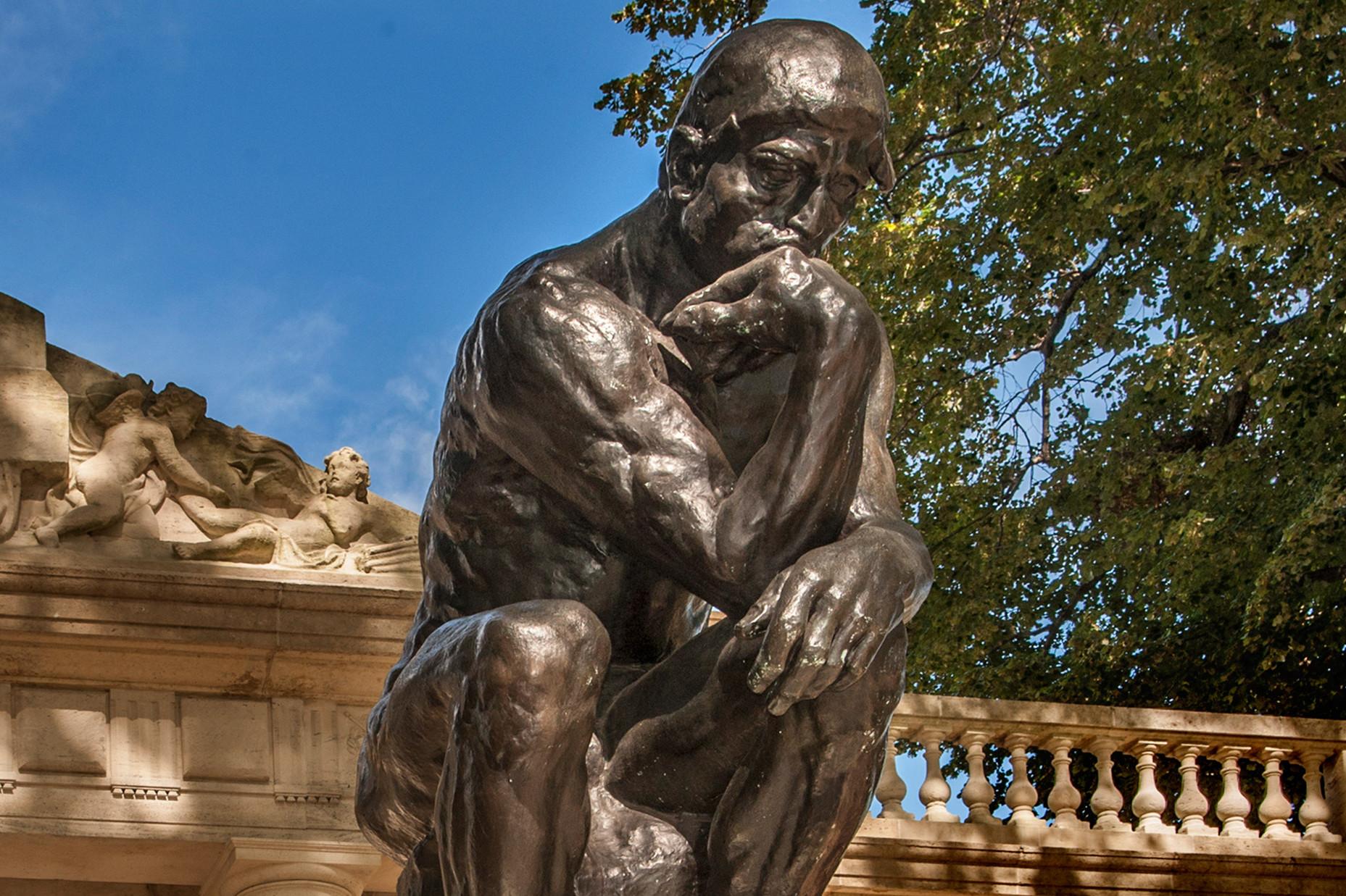 """Бронзана скулптура """"Мислилац"""" Огиста Родена испред његовог музеја у Филаделфији (Фото: visitphilly.com)"""