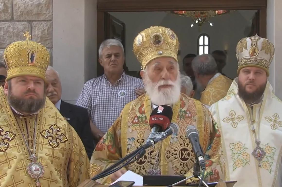 Miraš Dedeić sa sveštenstvom Crnogorske pravoslavne crkve (Foto: Snimak ekrana/Jutjub)
