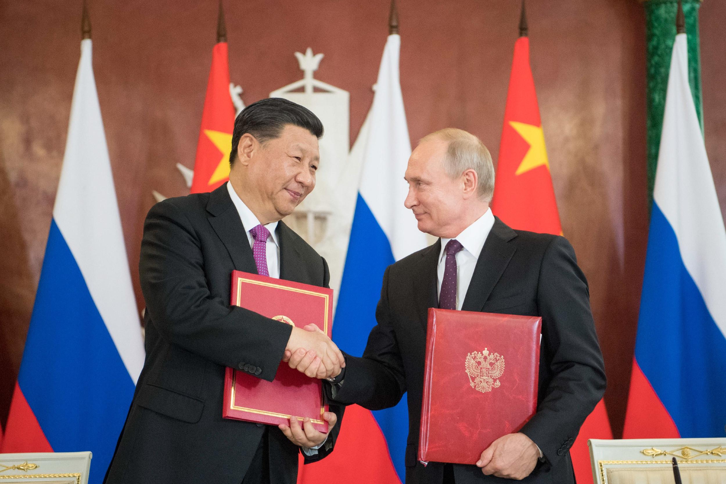 Председник Кине Си Ђинпинг и председник Русије Владимир Путин се рукују током састанка у Москви, 05. јун 2019. (Фото: Xinhua/Li Xueren)