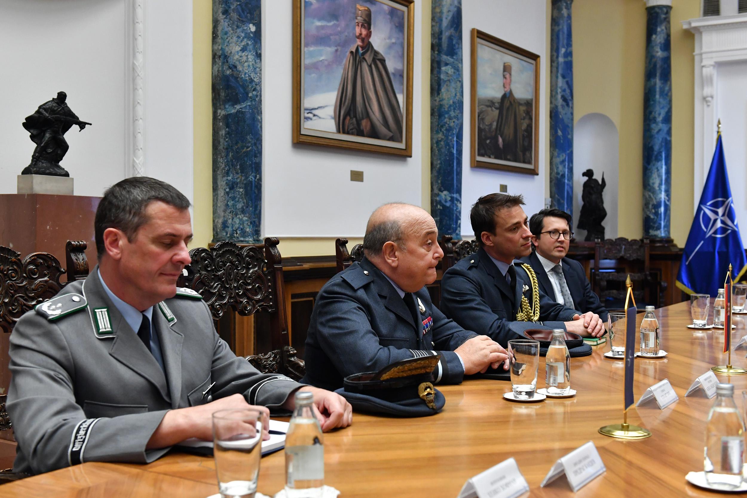 Predsedavajući Vojnog komiteta NATO general Stjuart Pič sa svojom delegacijom na sastanku sa delegacijom Ministarstva odbrane, Beograd, 08. oktobar 2018. (Foto: Ministarstvo odbrane Republike Srbije)