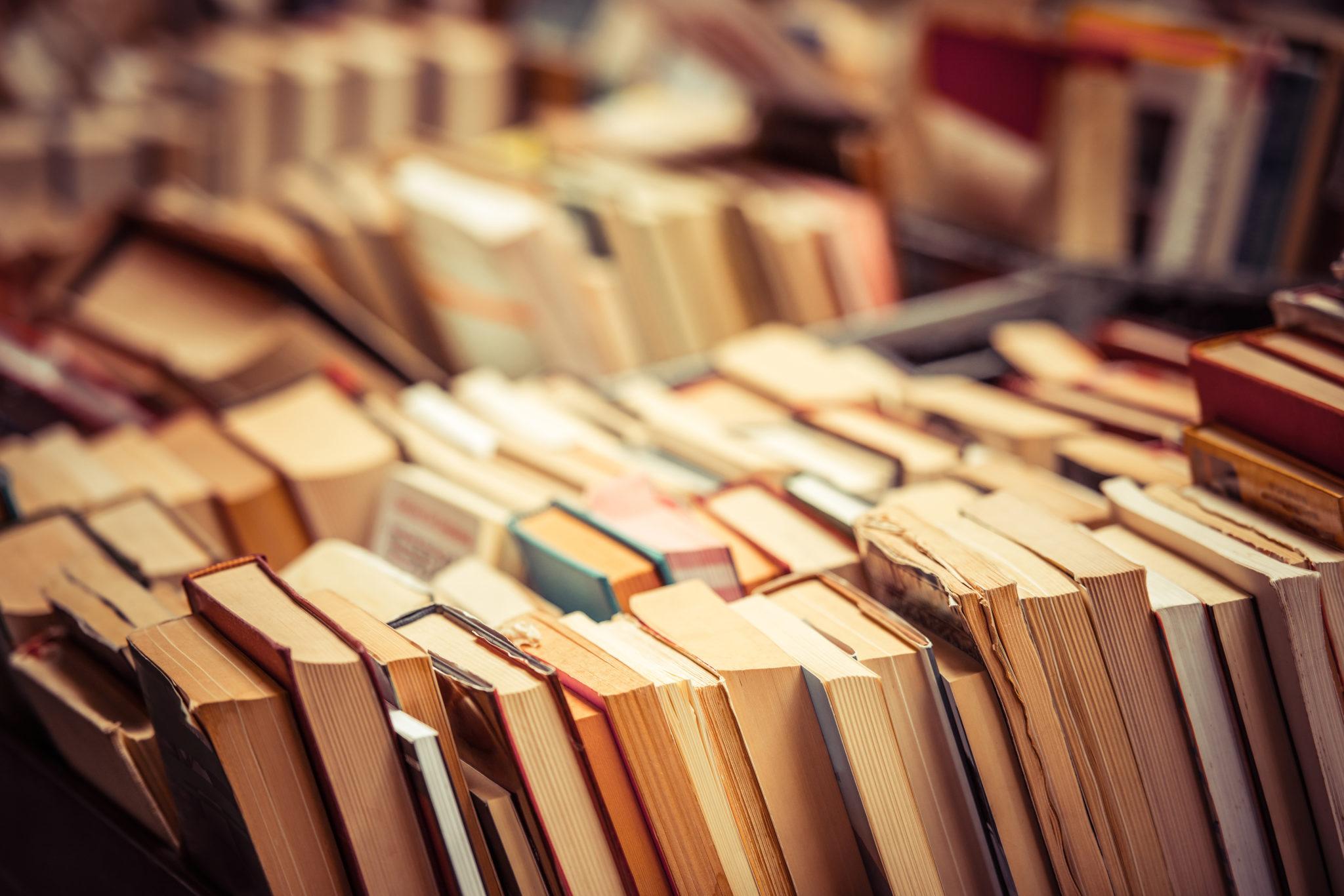 Мноштво старих књига у библиотеци (илустрација)