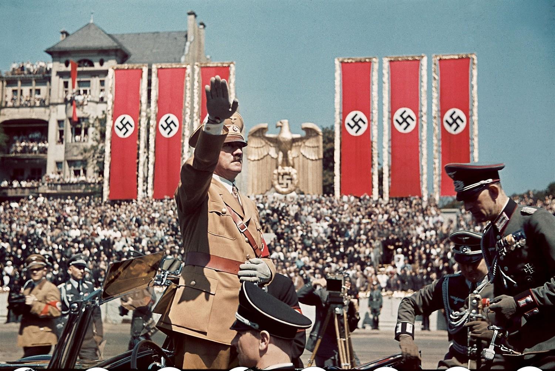 Hitler salutira okupljenim nacistima tokom vojne parade u Berlinu 1939. (Foto: Hugo Jaeger/Time & Life Pictures/Getty Images)