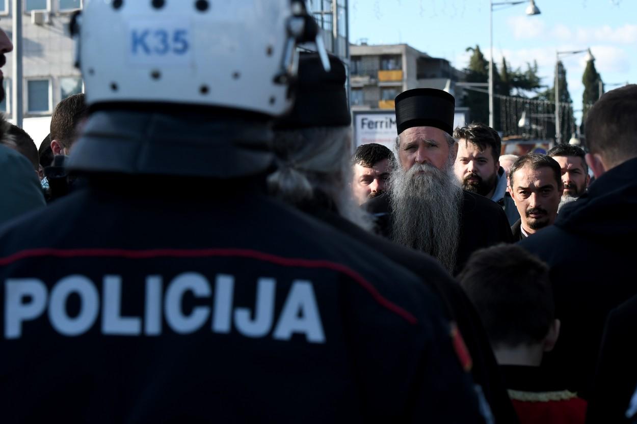 Епископ будимљанско-никшићки Јоаникије гледа ка црногорским полицајцима током протеста у Подгорици, 26. децембар 2019. (Фото: Profimedia)