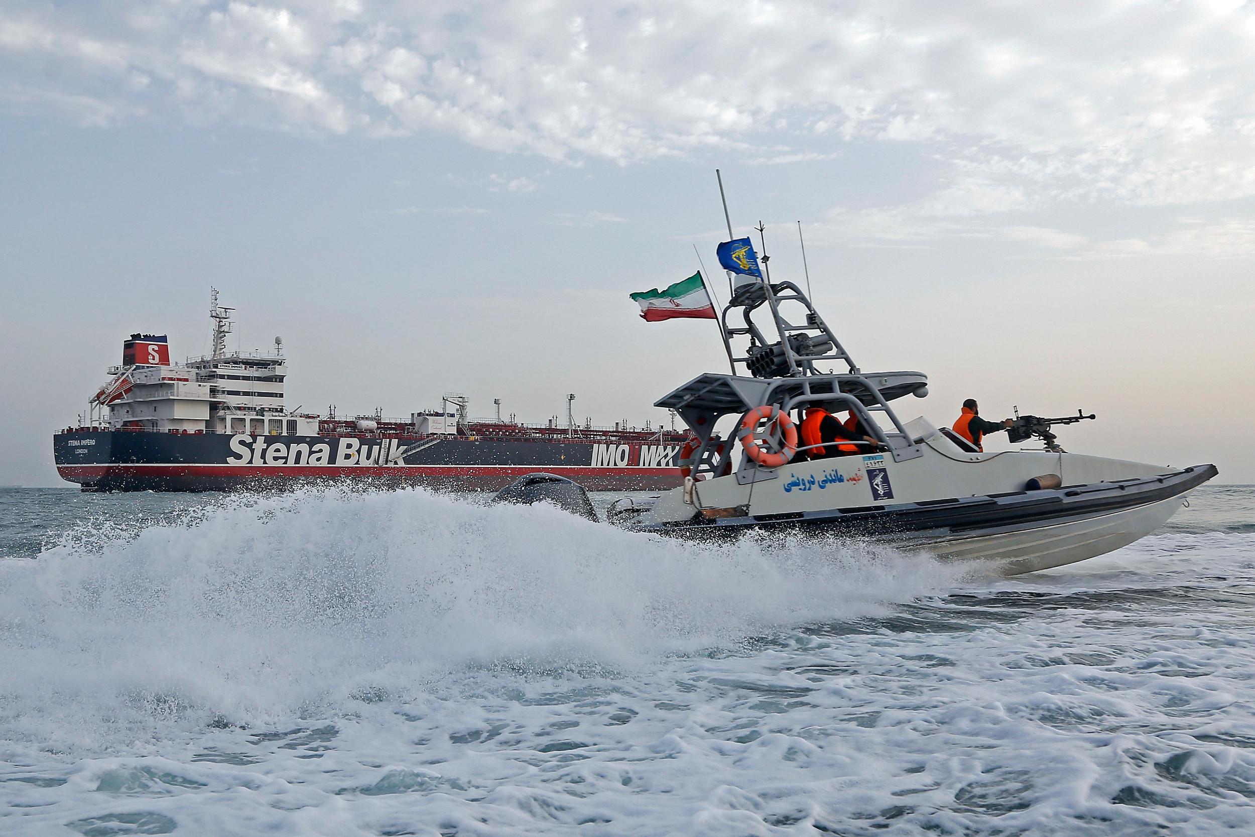 Pripadnici Iranske revolucionarne garde patroliraju u blizini zadržanog britanskog tankera za prevoz nafte u Ormuskom moreuzu, 21. jul 2019. (Foto: Hasan Shirvani/MIZAN NEWS AGENCY/AFP/Getty Images)