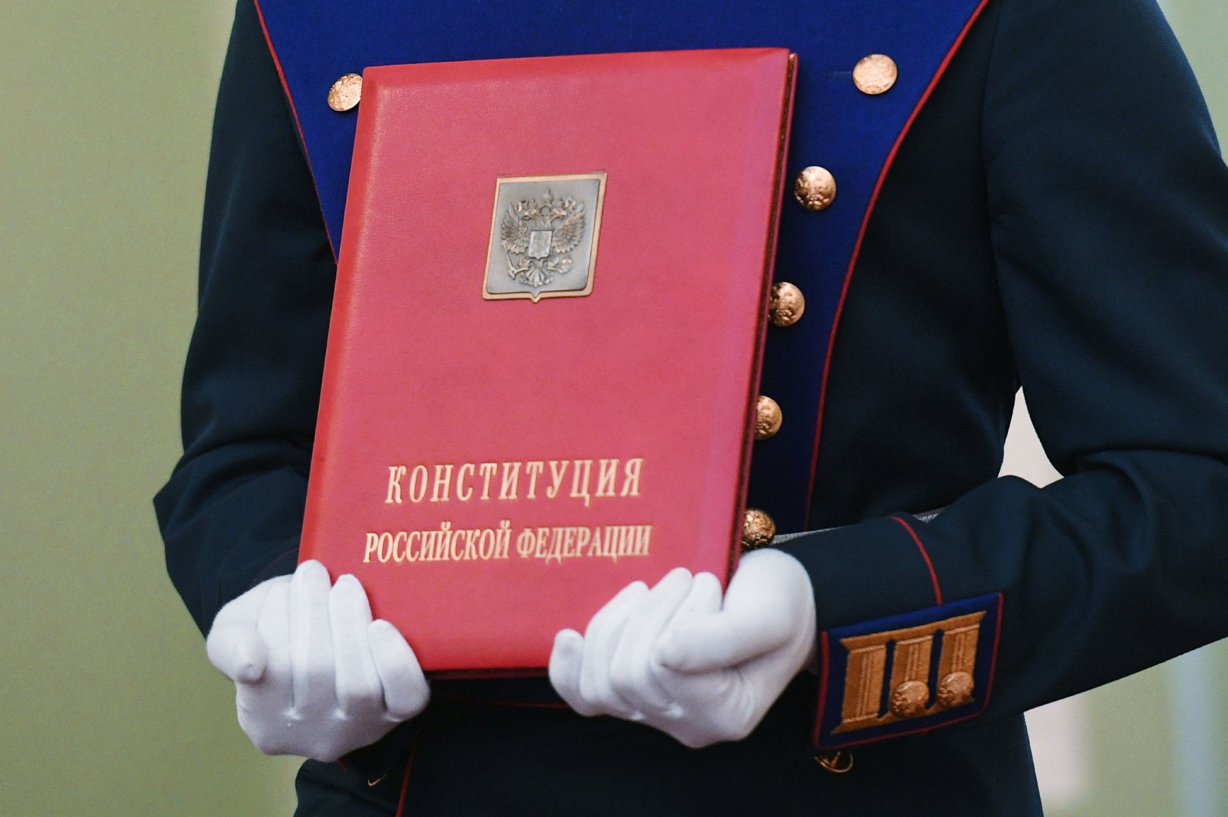 Припадник председничке гарде држи у рукама посебну копију руског устава током инаугурације Владимира Путина, Москва, 07. мај 2018. (Фото: Evgeny Biyatov)