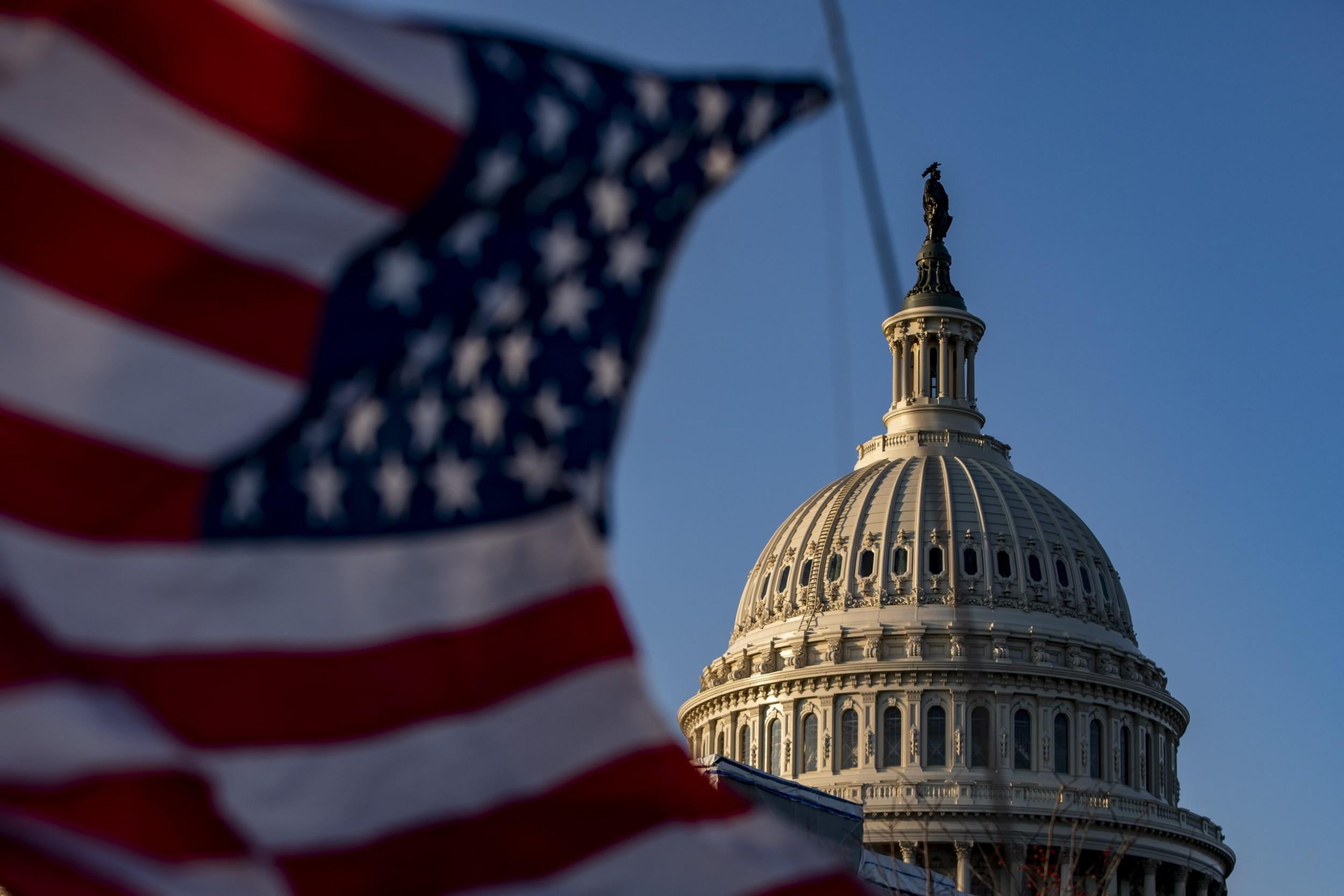 Zastava Sjedinjenih Država se vijori ispred Kapitola (Foto: AFP)