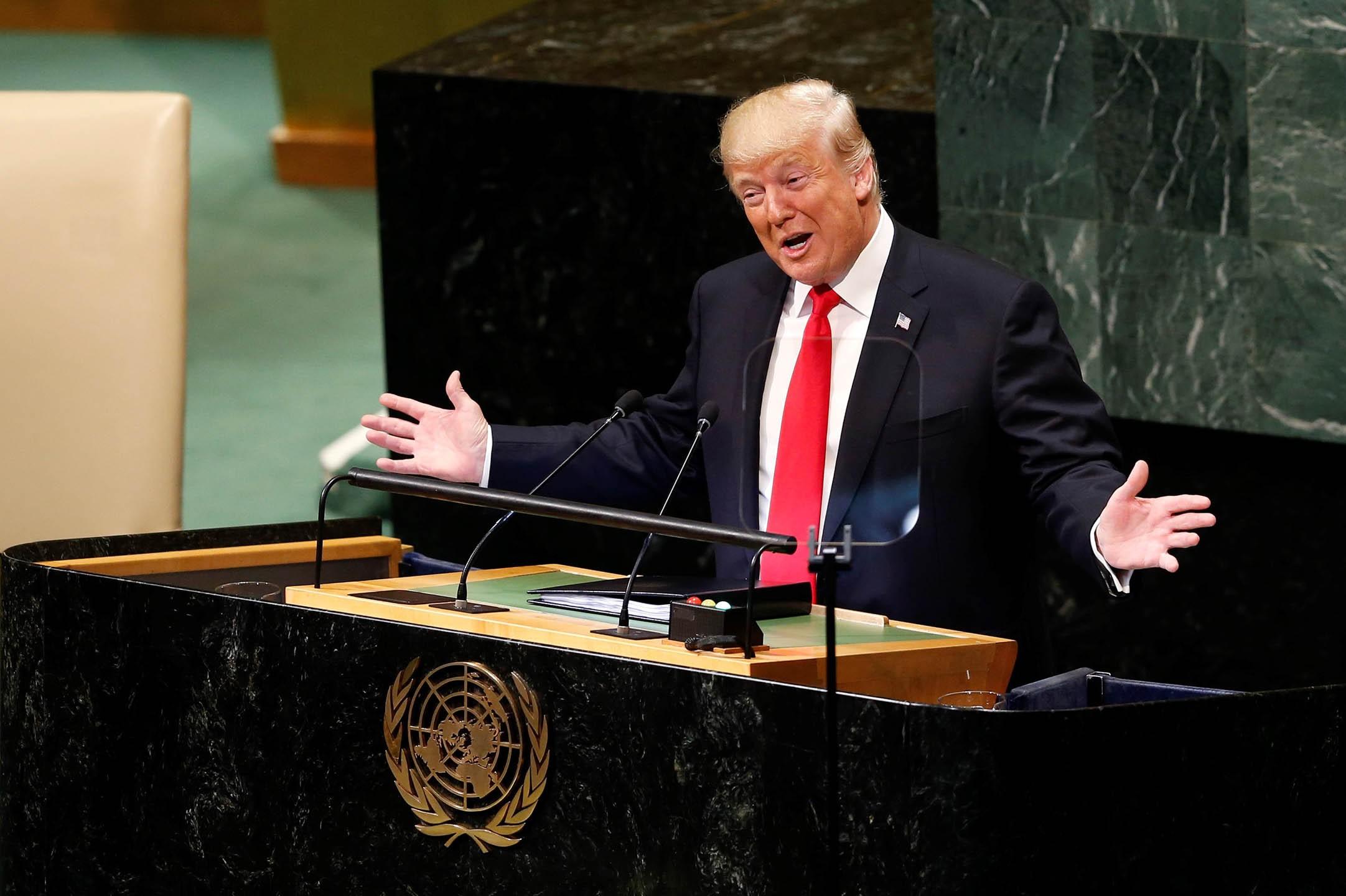 Амерички председник Доналд Трамп се смеје и гестикулира рукама током говора у Генералној скупштини Уједињених нација, 25. септембар 2018. (Фото: Anadolu Agency/Getty Images)