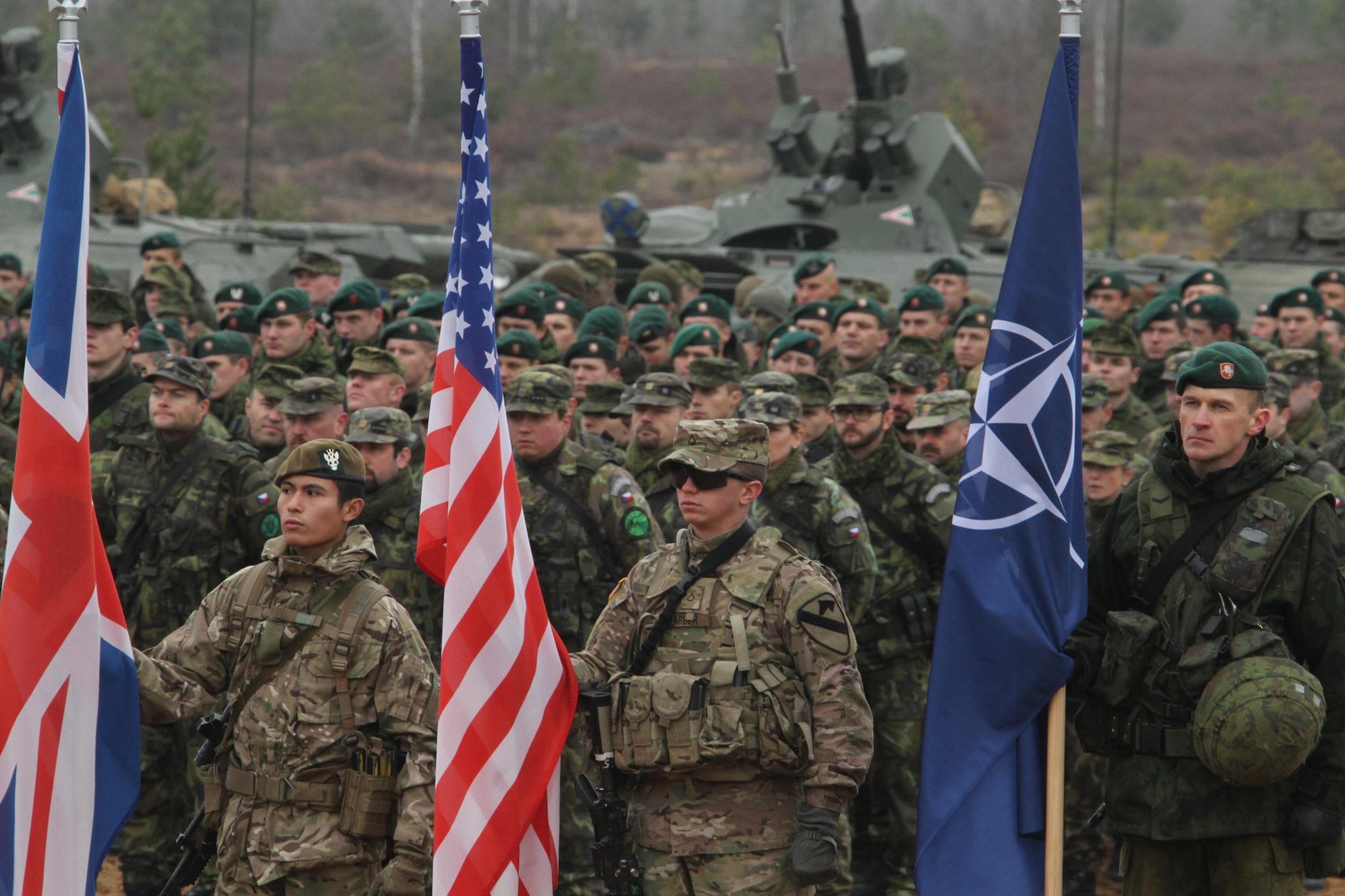 Војници држе заставе Велике Британије, НАТО и Сједињених Држава током НАТО војне вежбе, Пабраде, Литванија, 13. новембар 2014. (Фото: Staff Sgt. Keith Anderson)
