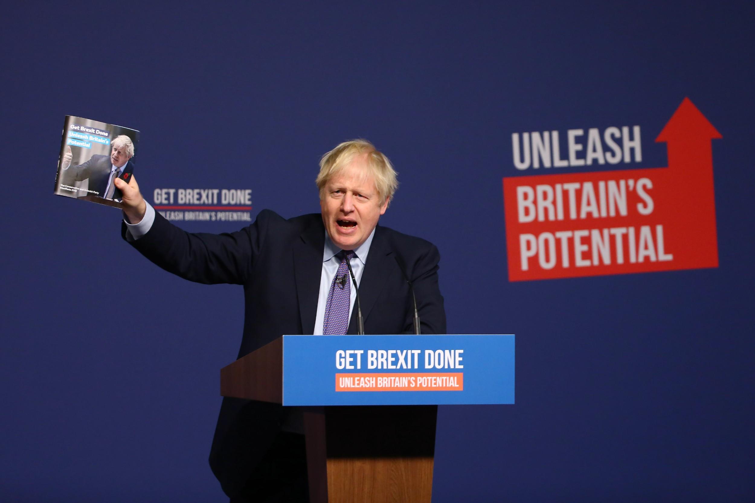 Британски премијер Борис Џонсон држи копију страначког манифеста док говори на представљању манифеста Конзервативне странке, Телфорд, 24. новембар 2019. (Фото: Hollie Adams/Bloomberg)