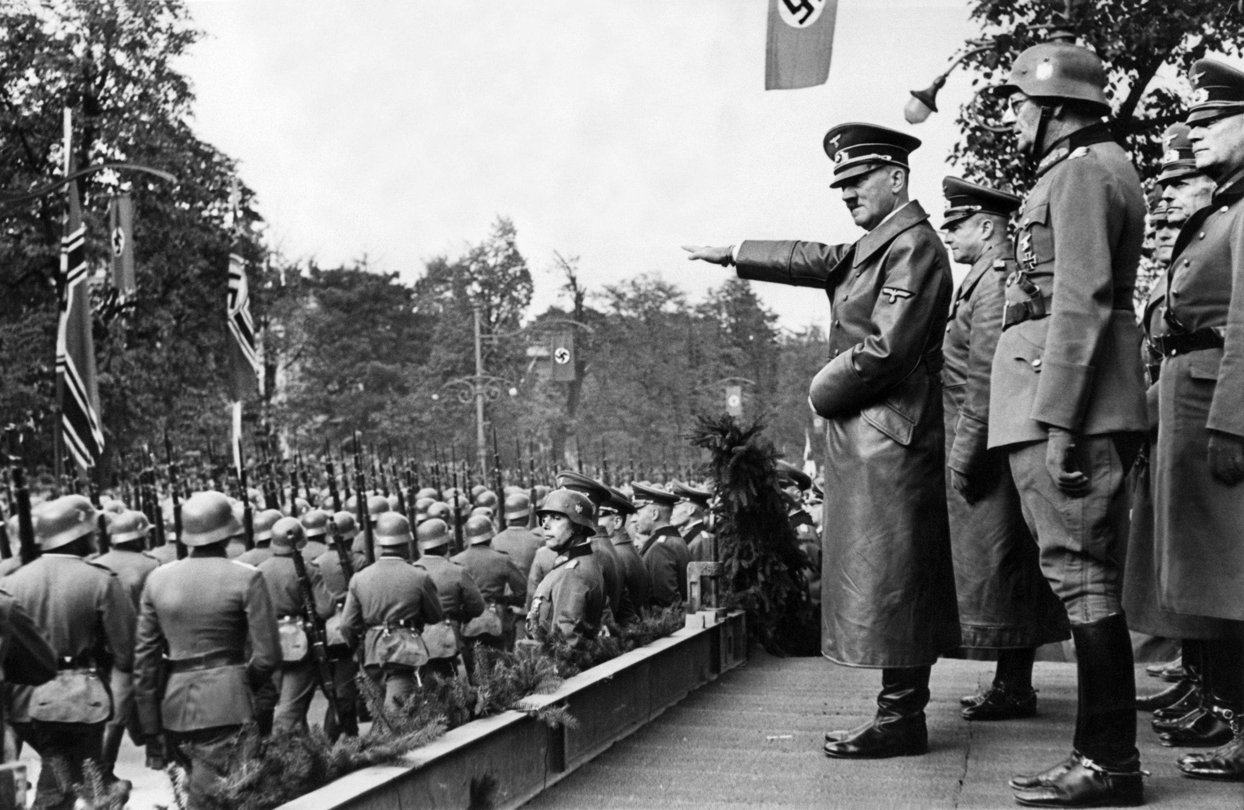 Adolf Hitler salutira trupama Verhamta koje marširaju ulicama Varšave, 05. oktobar 1939. (Foto: AP)
