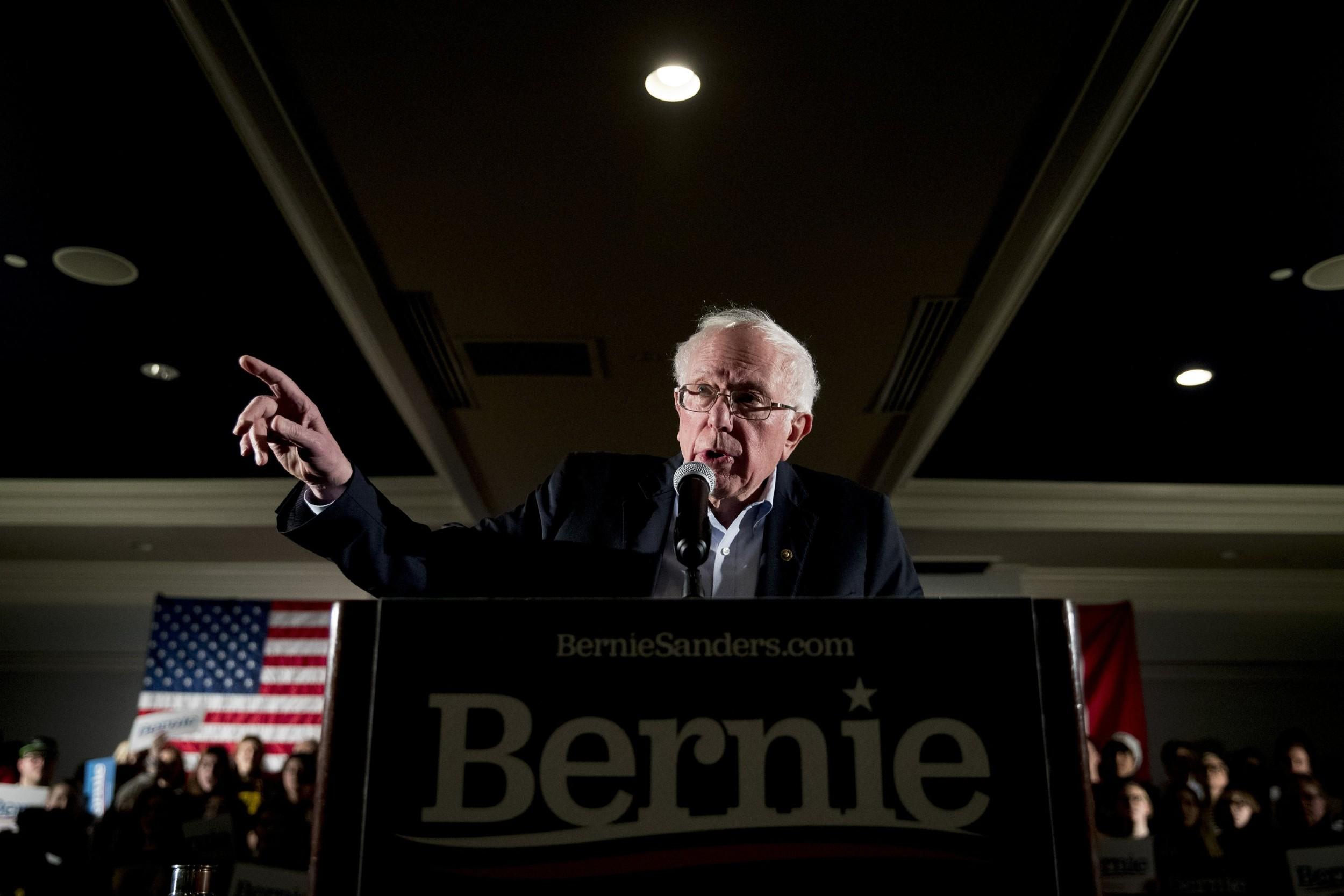 Демократски председнички кандидат Берни Сандерс говори на скупу о климатским променама, Ајова Сити, 12. јануар 2020. (Фото: AP Photo/Andrew Harnik)