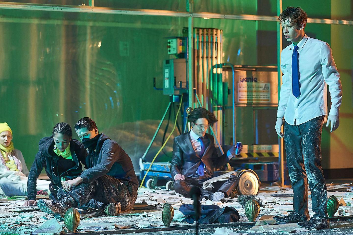 """Детаљ из представе """"Црна вода"""" у ком су приказани глумци Феликс Камерер и Кристоф Лузер који глуме Себастијана Курца (Фото: Burgtheater/Matthias Horn)"""