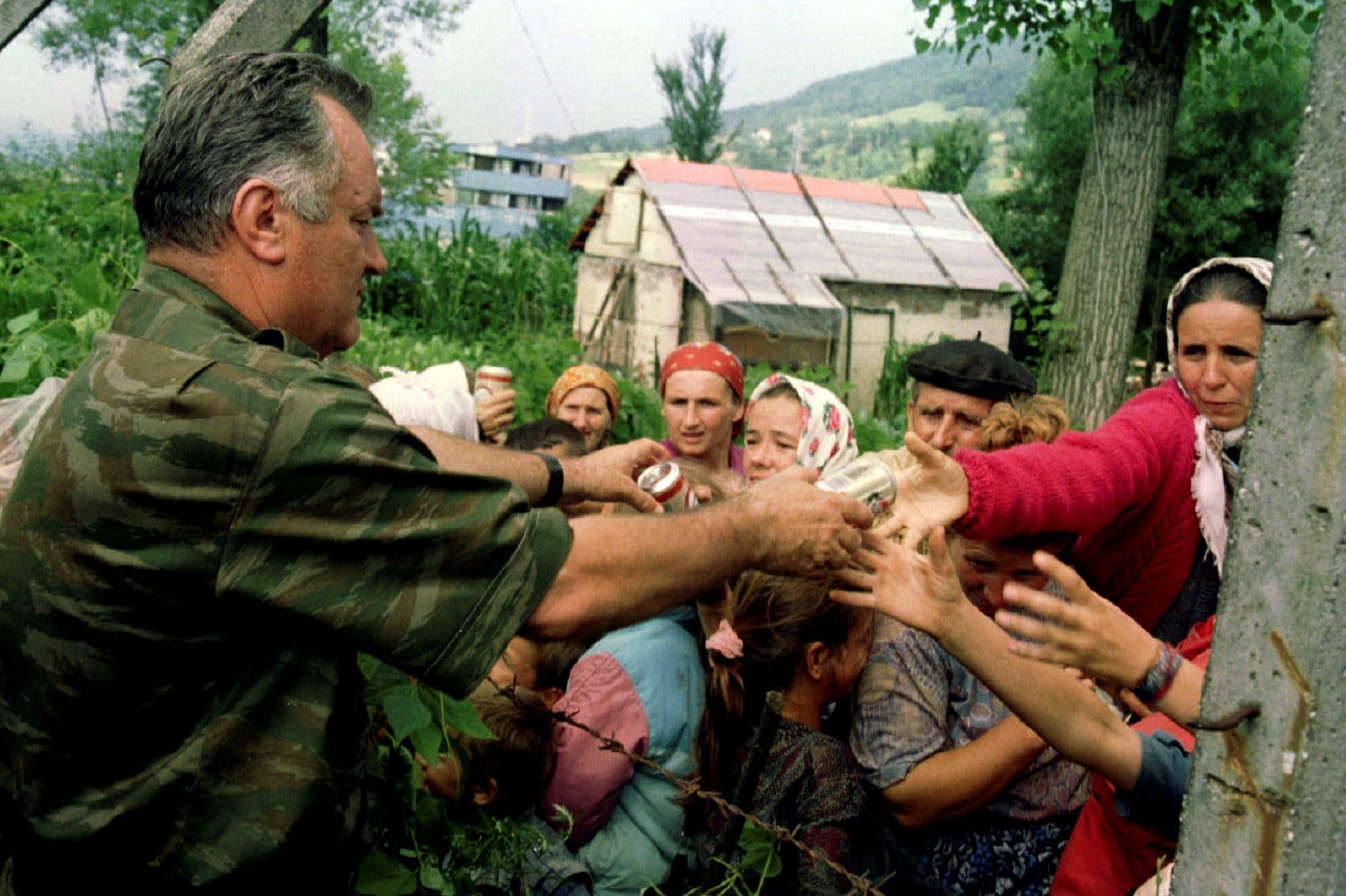 Генерал Ратко Младић дели храну мештанима Сребренице (Фото: Reuters)