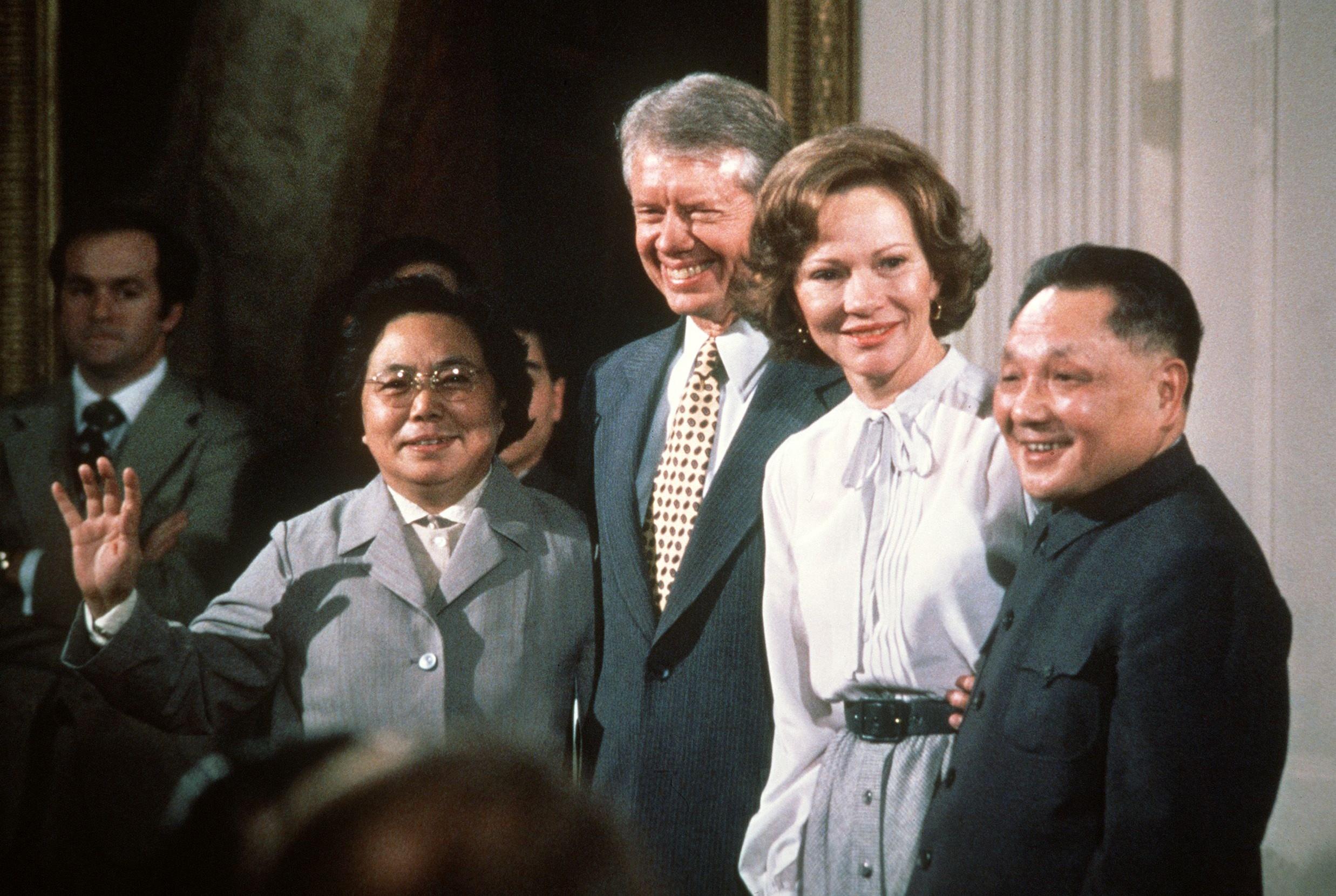 Deng Sjaoping i američki predsednik Džimi Karter sa suprugama poziraju na fotografisanju u Beloj kući, Vašington, 31. januar 1979. (Foto: STF/AFP/Getty Images)