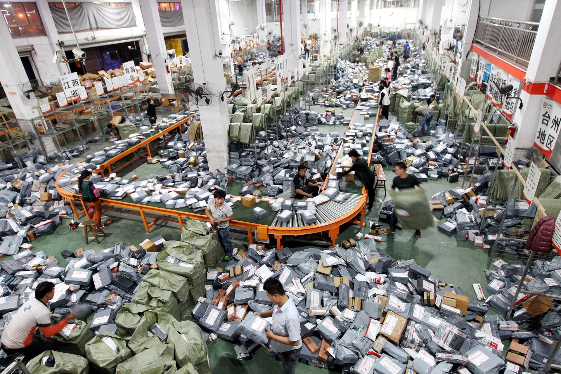 """Radnici razvrstavaju naručene pošiljke na pokretnoj traci tokom """"Dana samaca (11. novembar)"""", Vendžou (Foto: ChinaFotoPress via Getty Images)"""