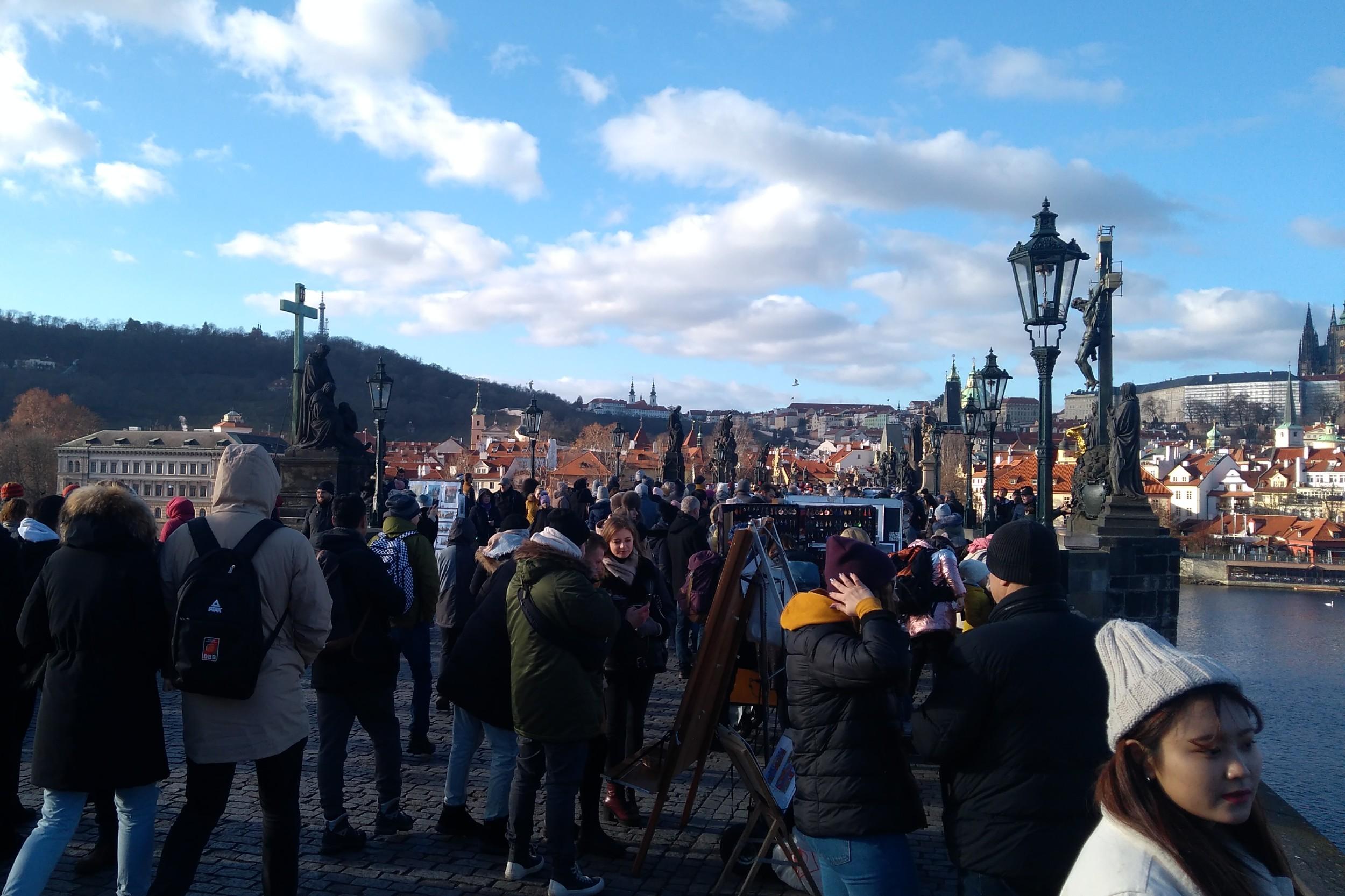 Turisti prelaze preko Karlovog mosta, Prag, 05. januar 2020. (Foto: Radomir Jovanović/Novi Standard)