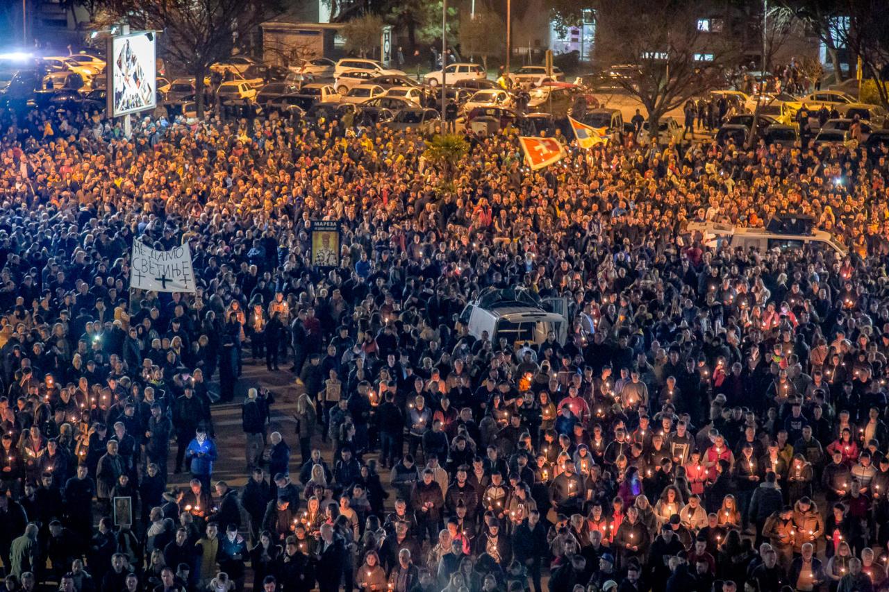 Okupljeni vernici ispred Hrama Hristovog vaskrsenja tokom litije u Podgorici, 02. februar 2020. (Foto: Boris Musić/mitropolija.com)