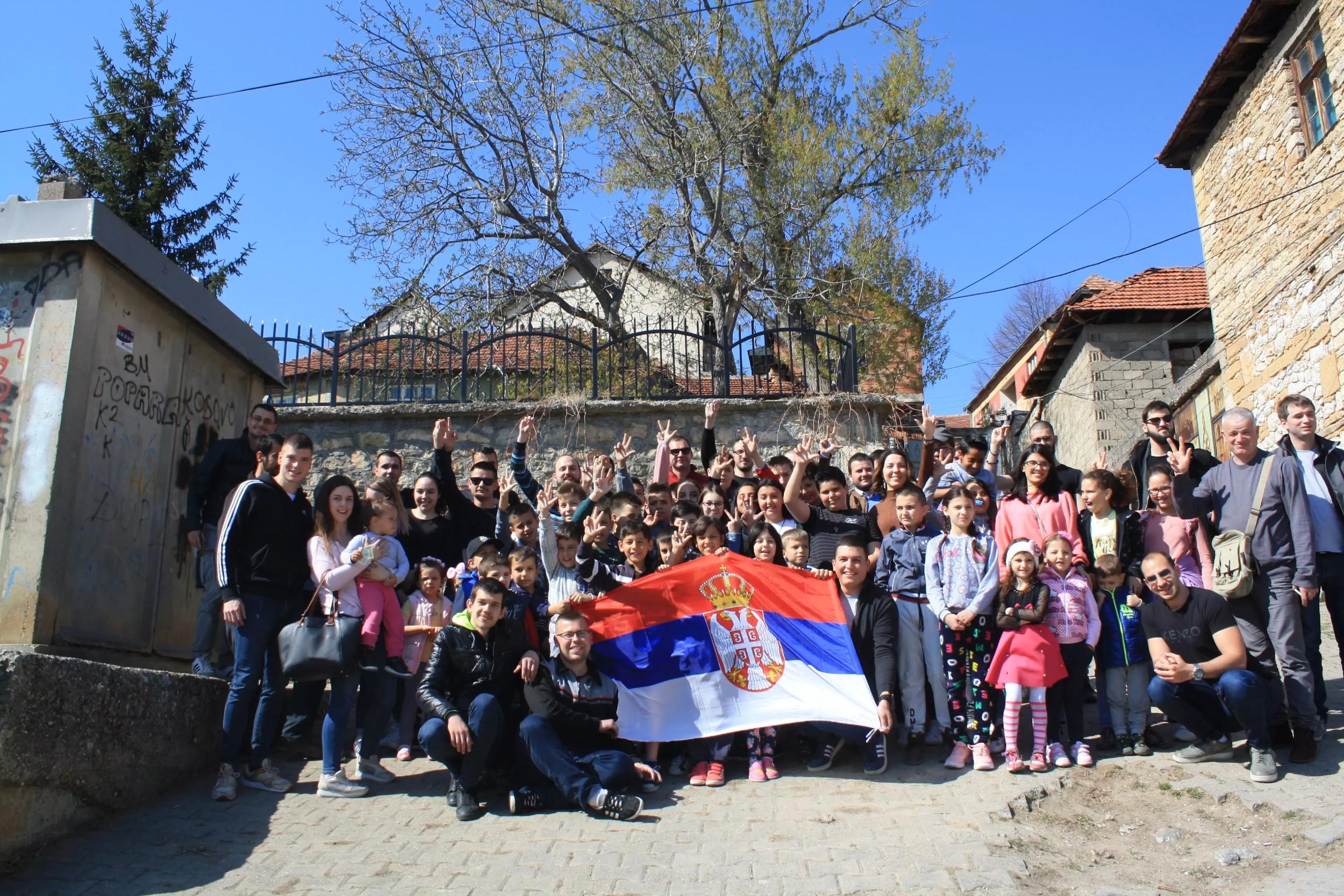 Студенти са децом Ораховца током посете Косову и Метохији, 30. март 2019. (Фото: Нови Стандард)