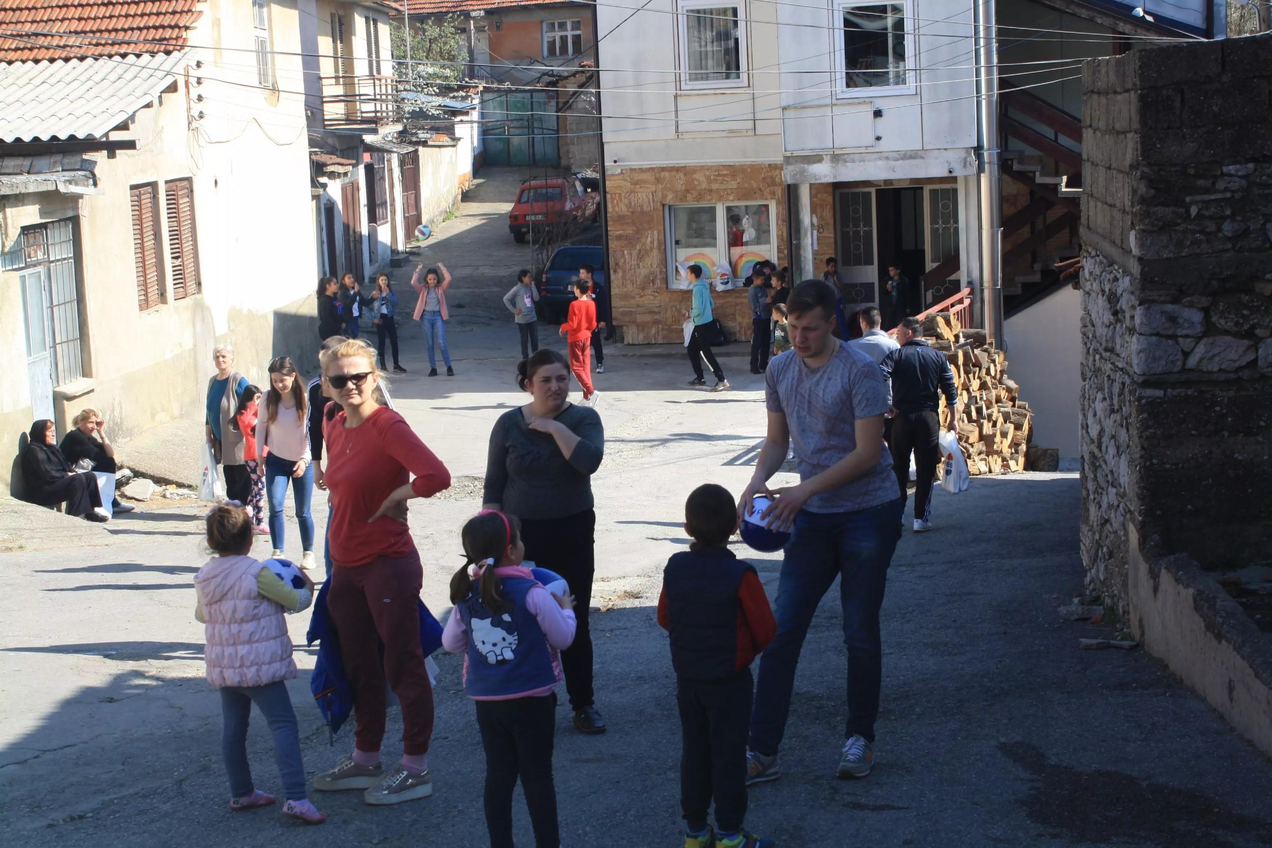 Студенти се играју са децом у Ораховцу током посете Косову и Метохији, 30. март 2019. године (Фото: Нови Стандард)
