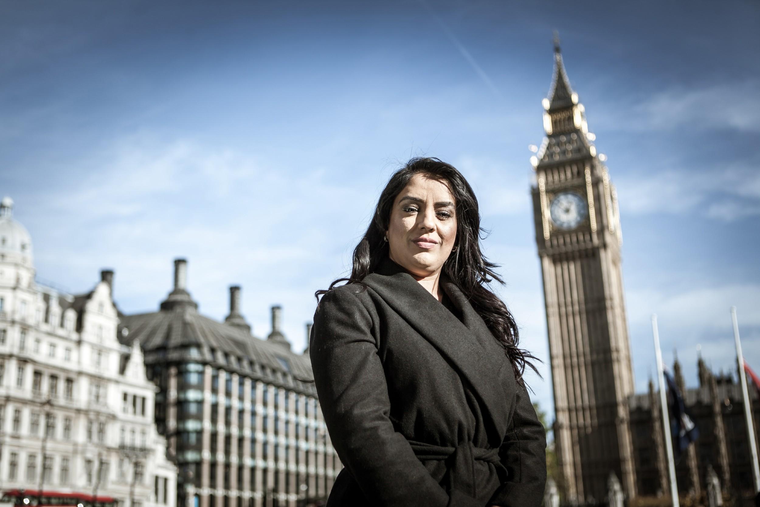 Naz Šah pozira ispred britanskog parlamenta i Big Bena (Foto: Sundog Pictures)