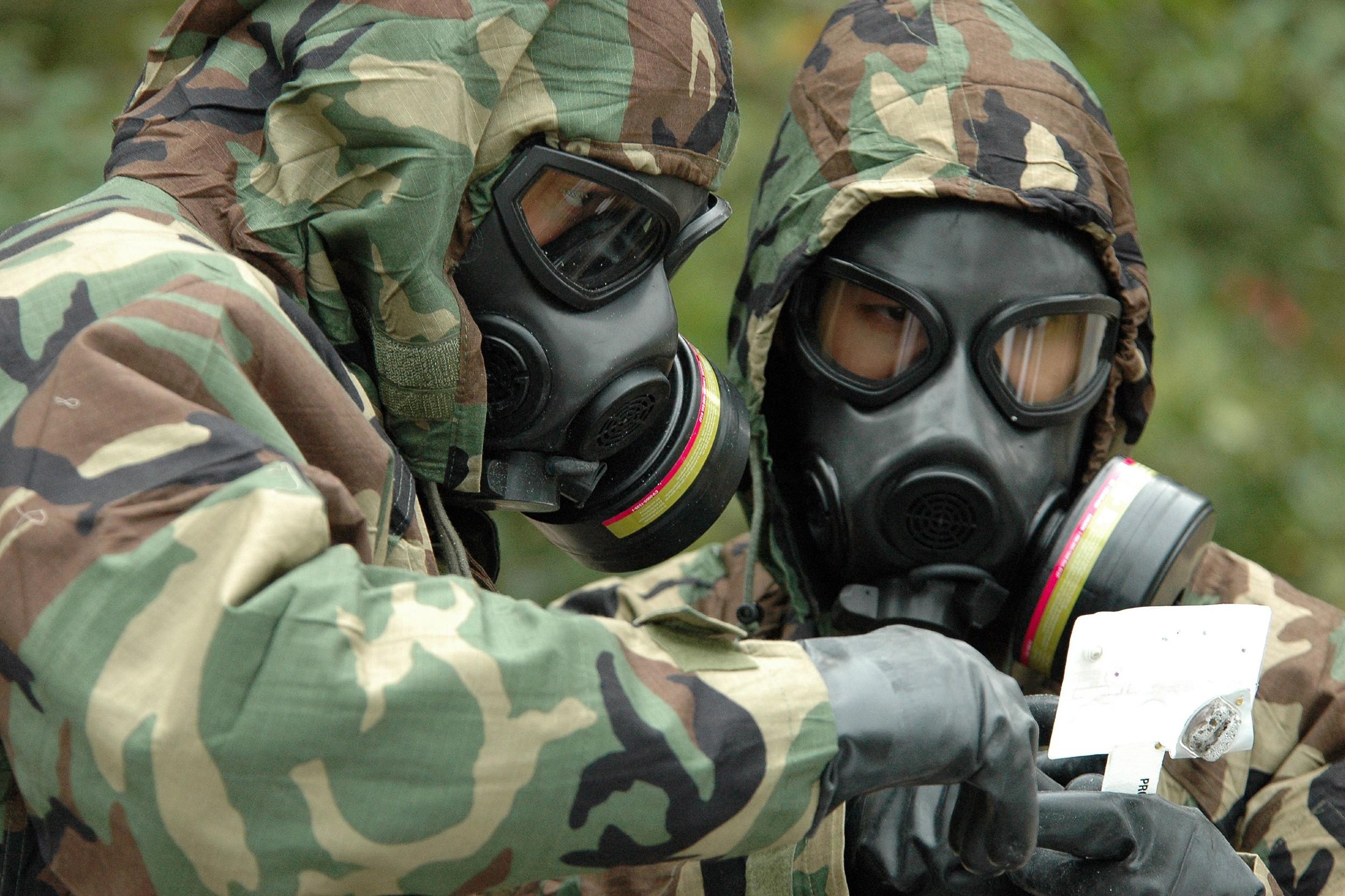 Амерички војници разговарају током војне вежбе у којој је симулирано хемијско ратовање (Фото: U.S. Navy photo by Mass Communication Specialist Apprentice Joshua Nuzzo)