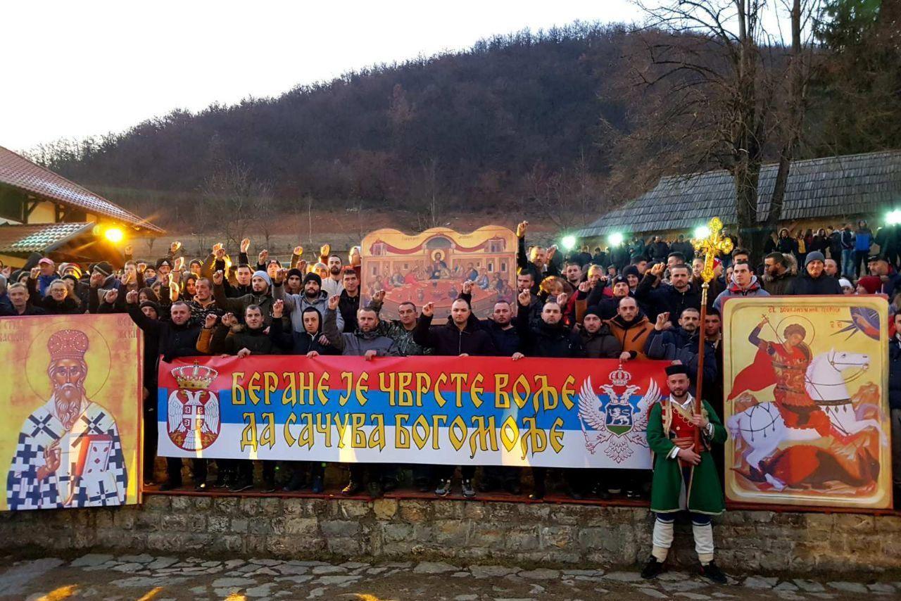 """Vernici u Beranama tokom litije drže transparent na kome piše """"Berane je čvrste volje da sačuva bogomolje"""", 23. januar 2020. (Foto: Manastir Kosijerevo/mitropolija.com)"""