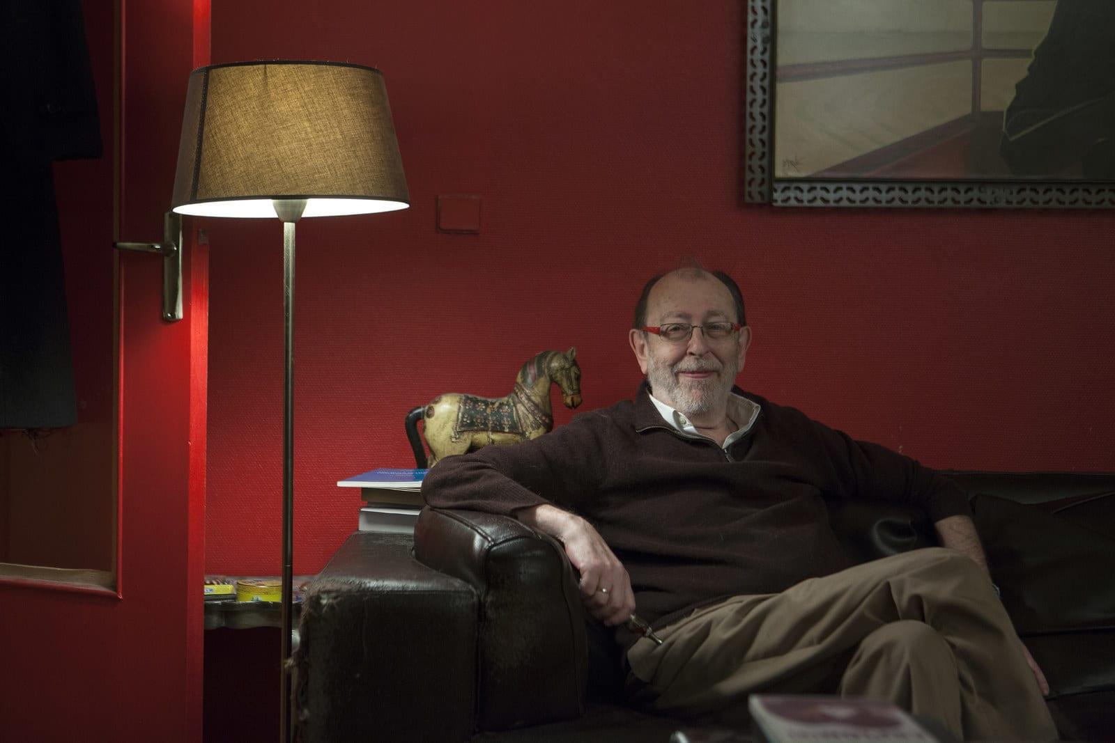 Алан де Беноа позира у свом стану (Фото: Pierre Terdjman for BuzzFeed News)