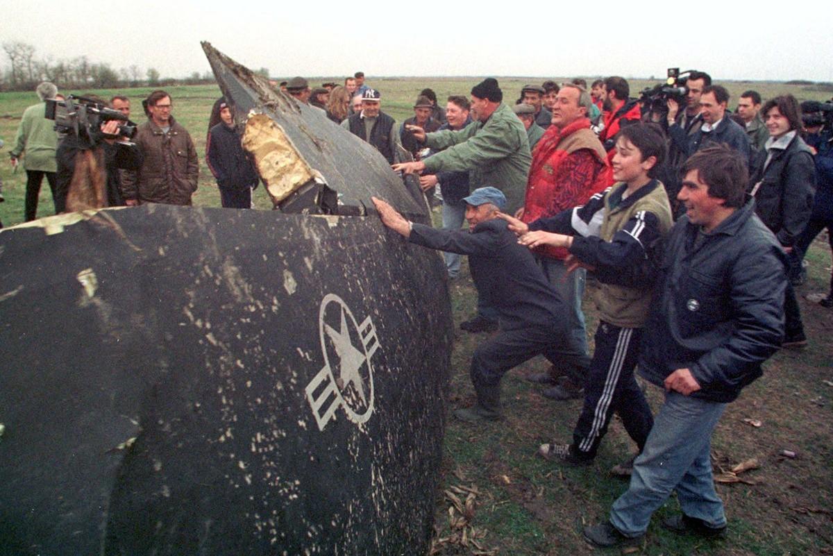 Мештани Буђановаца прослављају обарање авиона Ф-117 током НАТО агресије, 27. март 1999.