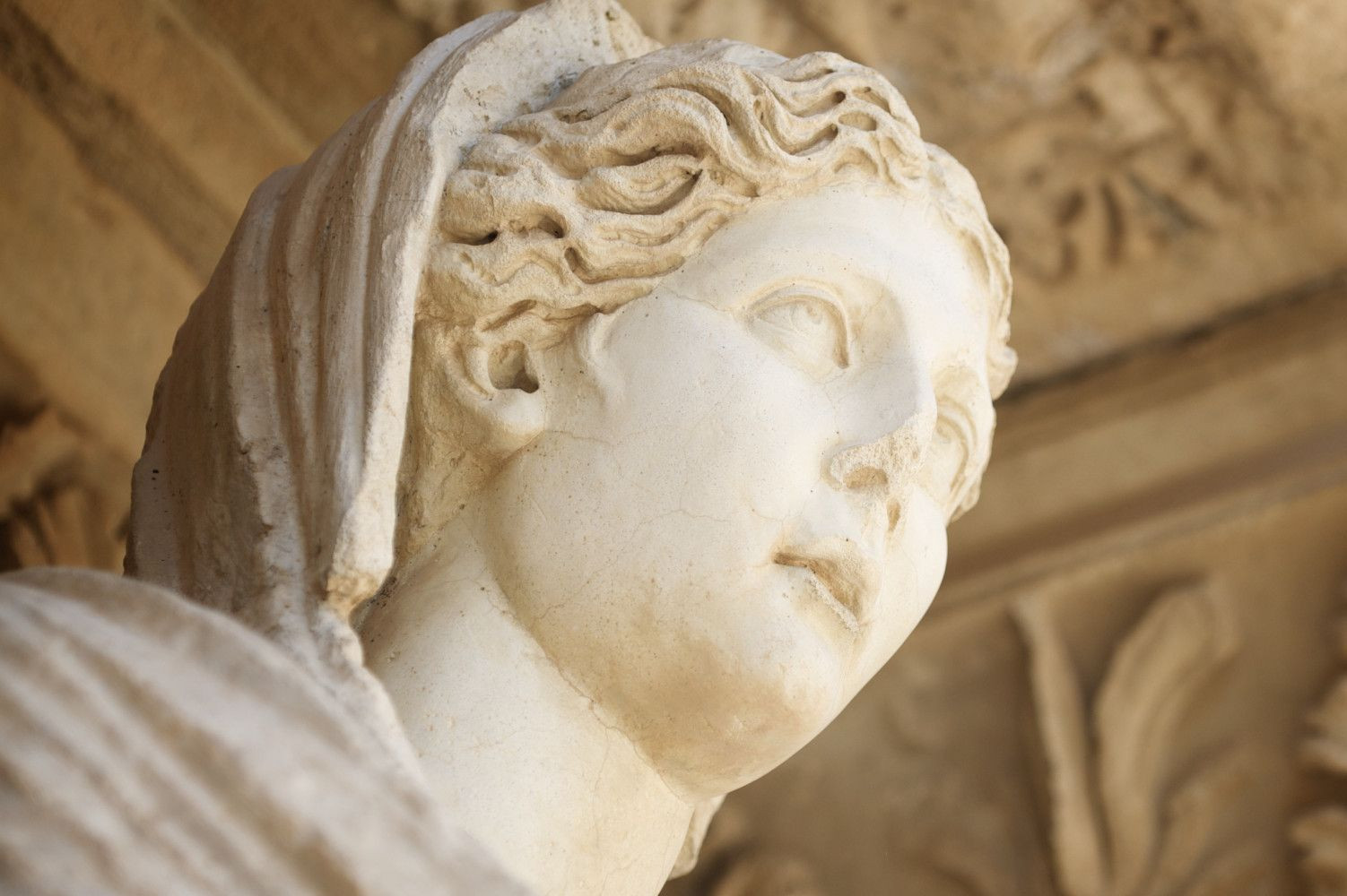 Statua Sofije, boginje mudrosti, ispred Celzijusove biblioteke u Efesu
