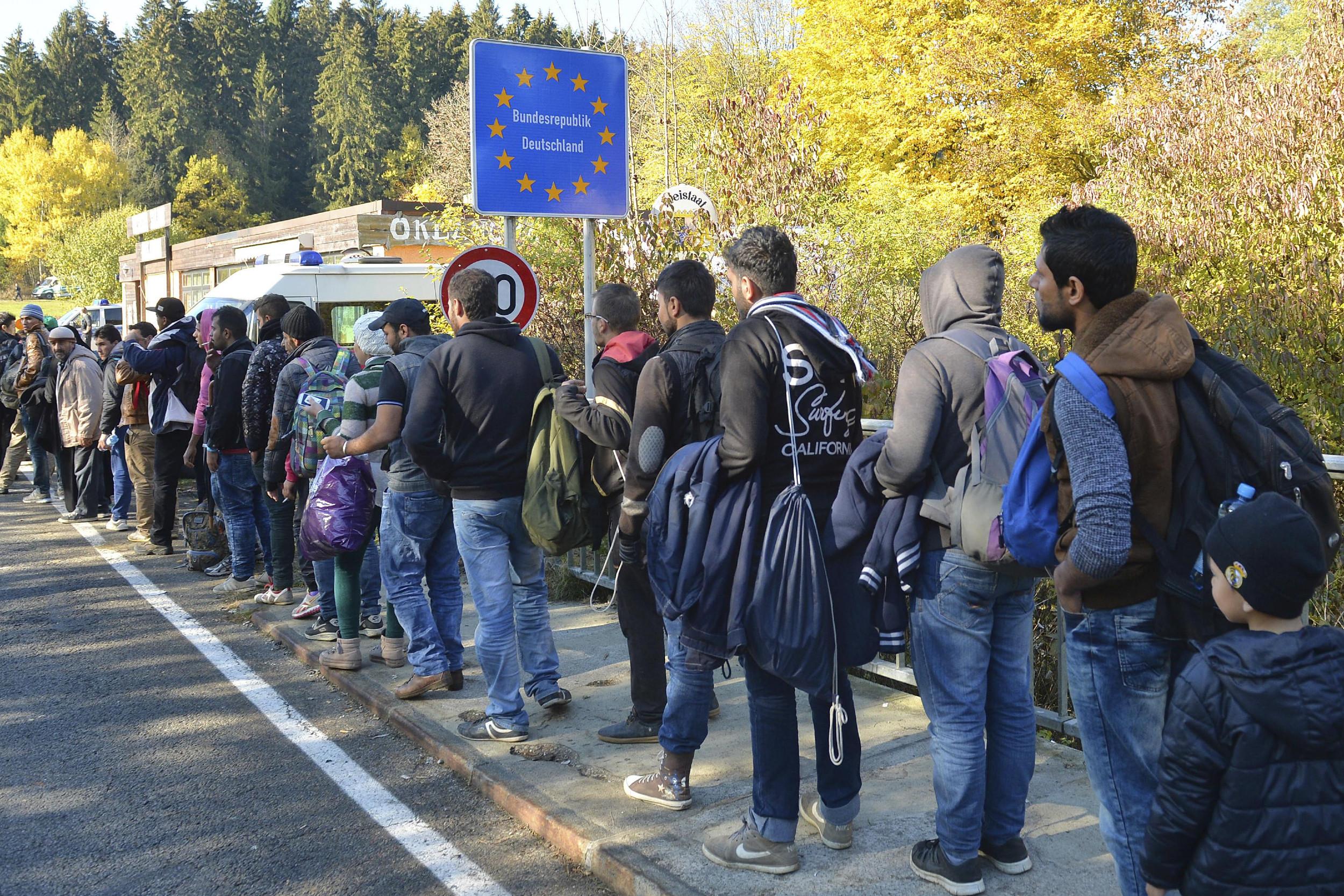Мигранти на аустријско-немачкој граници чекају да уђу у Немачку, 28. октобар 2015. (Фото: AP Photo/Kerstin Joensson)