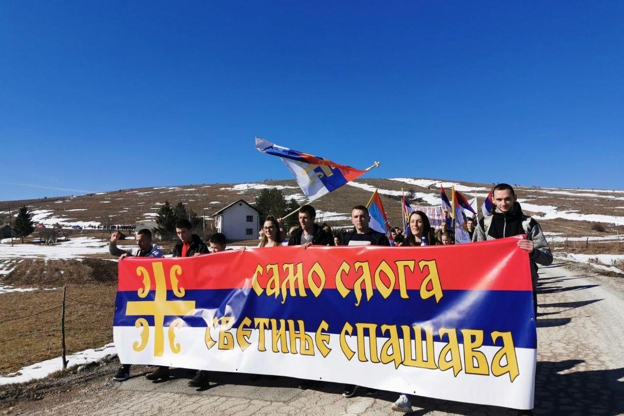 """Vernici sa transparentom na kome piše """"Samo sloga svetinje spašava"""" tokom litije u Boljanićima, 16. februar 2020. (Foto: Veselin Dragaš/mitropolija.com)"""