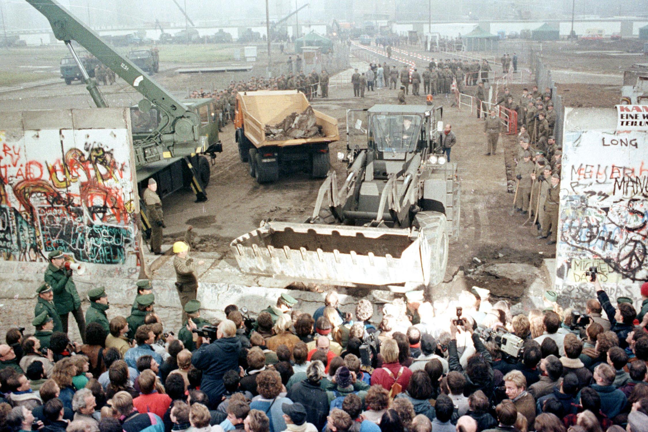 Булдожери и кранови из Источне Немачке руше Берлински зид, 12. новембар 1989. (Фото: Reuters)